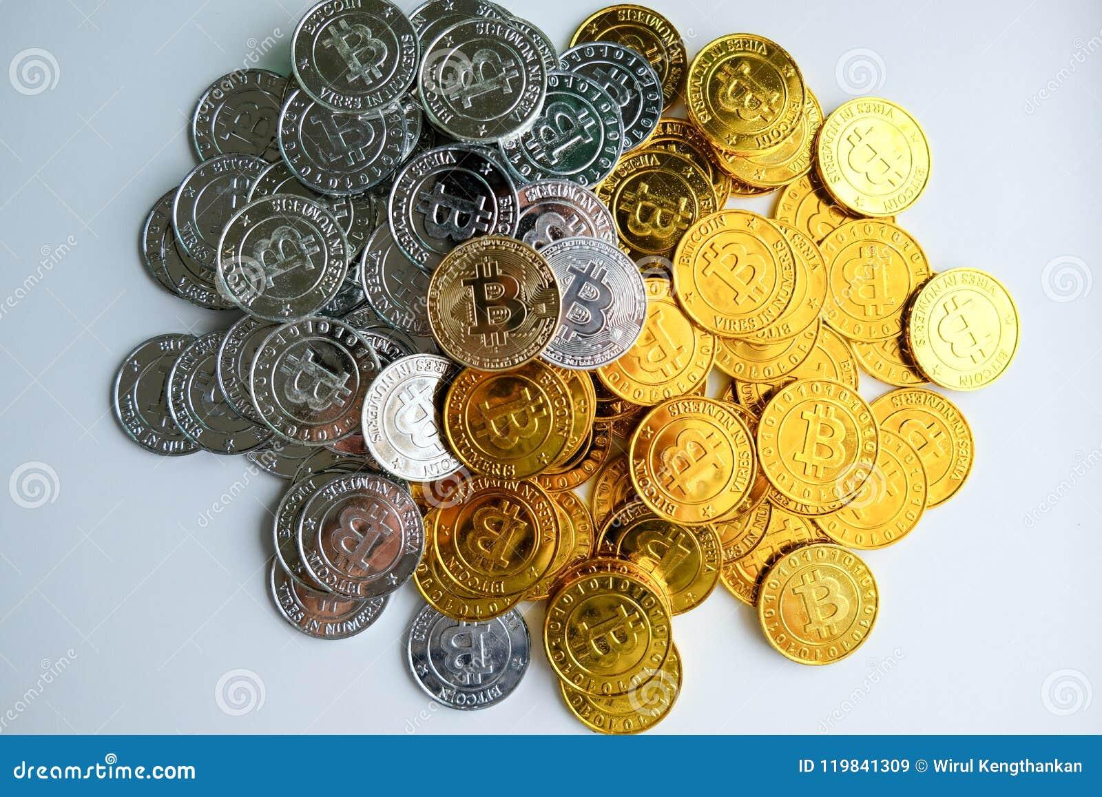 Bland högar av guld- och silverbitcoin- och blockchainknutpunkter lite varstans Blockchain överför faktiskt cryptocurrencybegrepp