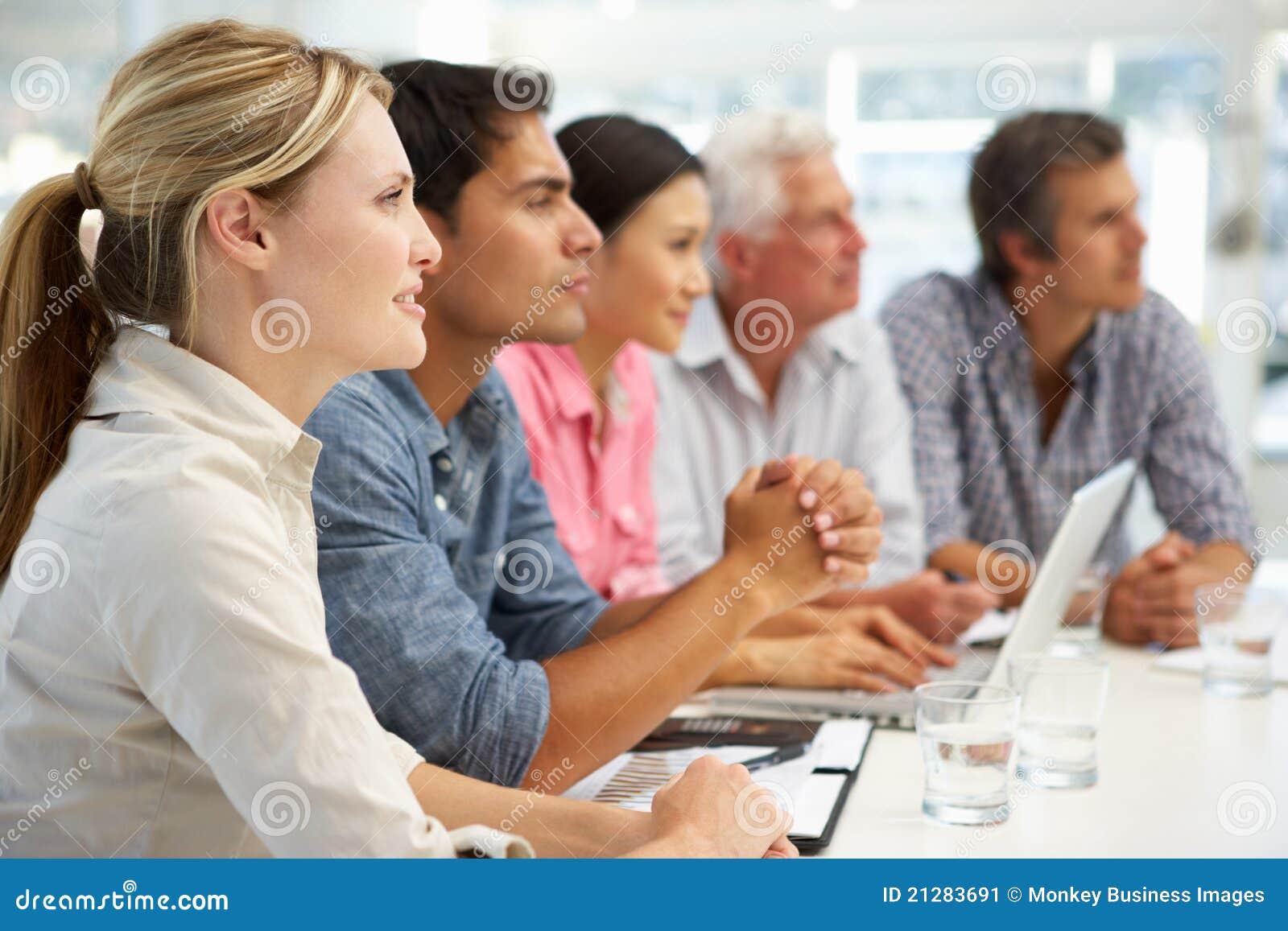 Blandad grupp i affärsmöte