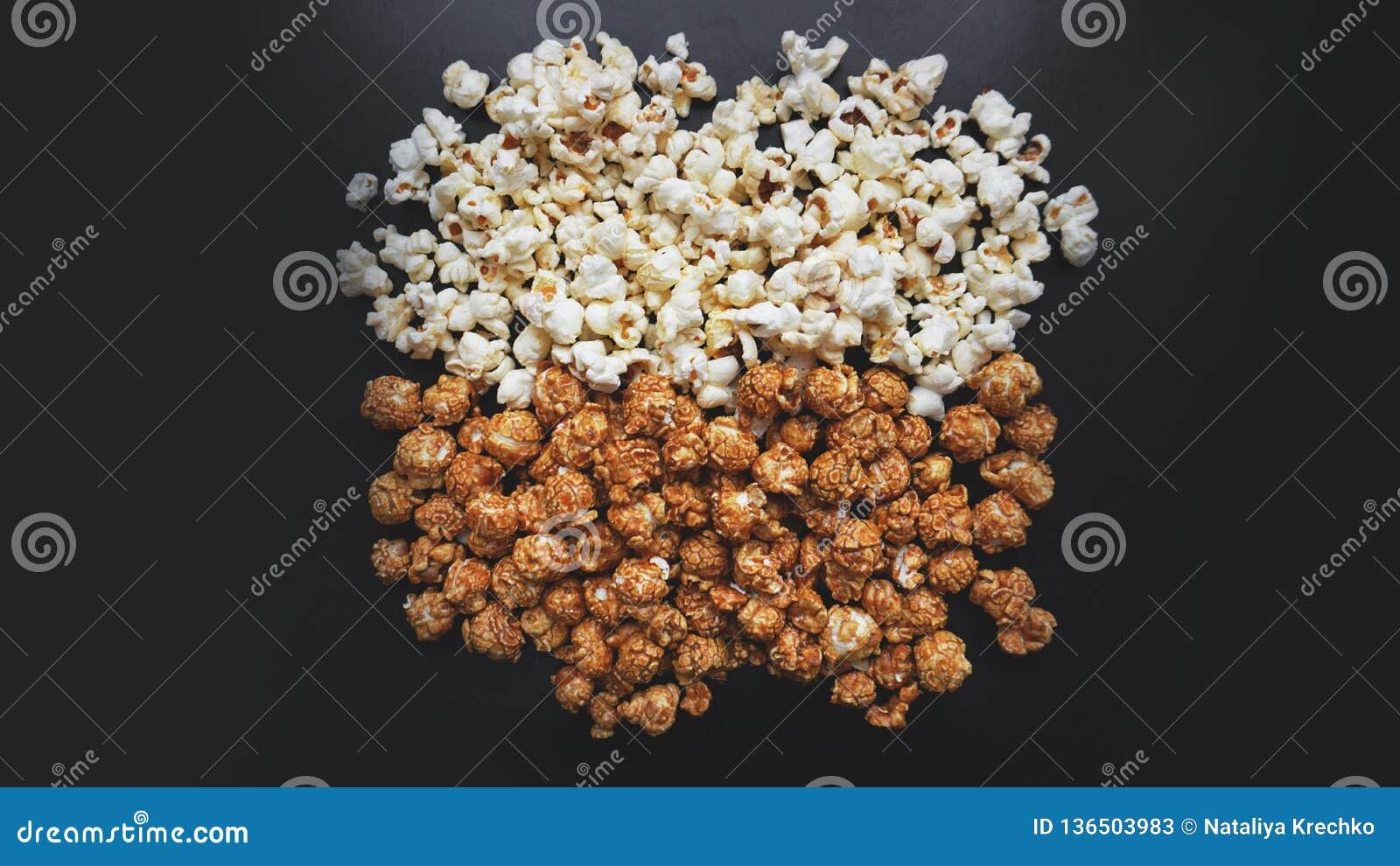 Blandad popcornuppsättning Sött och salt popcorn på svart bakgrund