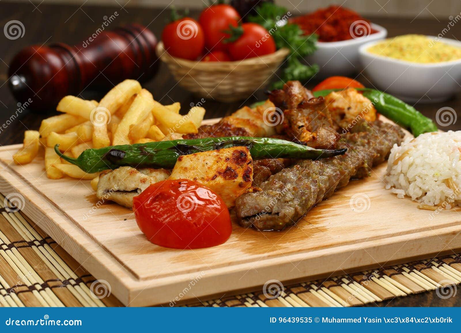 Blandad turkisk kebab på steknålar