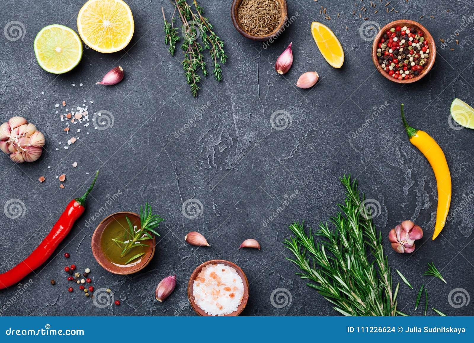Blandade kryddor och örter på svart bästa sikt för stentabell Ingredienser för matlagning många bakgrundsklimpmat meat mycket
