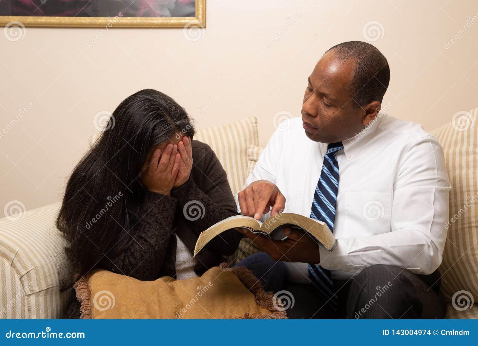 Blandade sprang Christian Couple Studying Bible Together