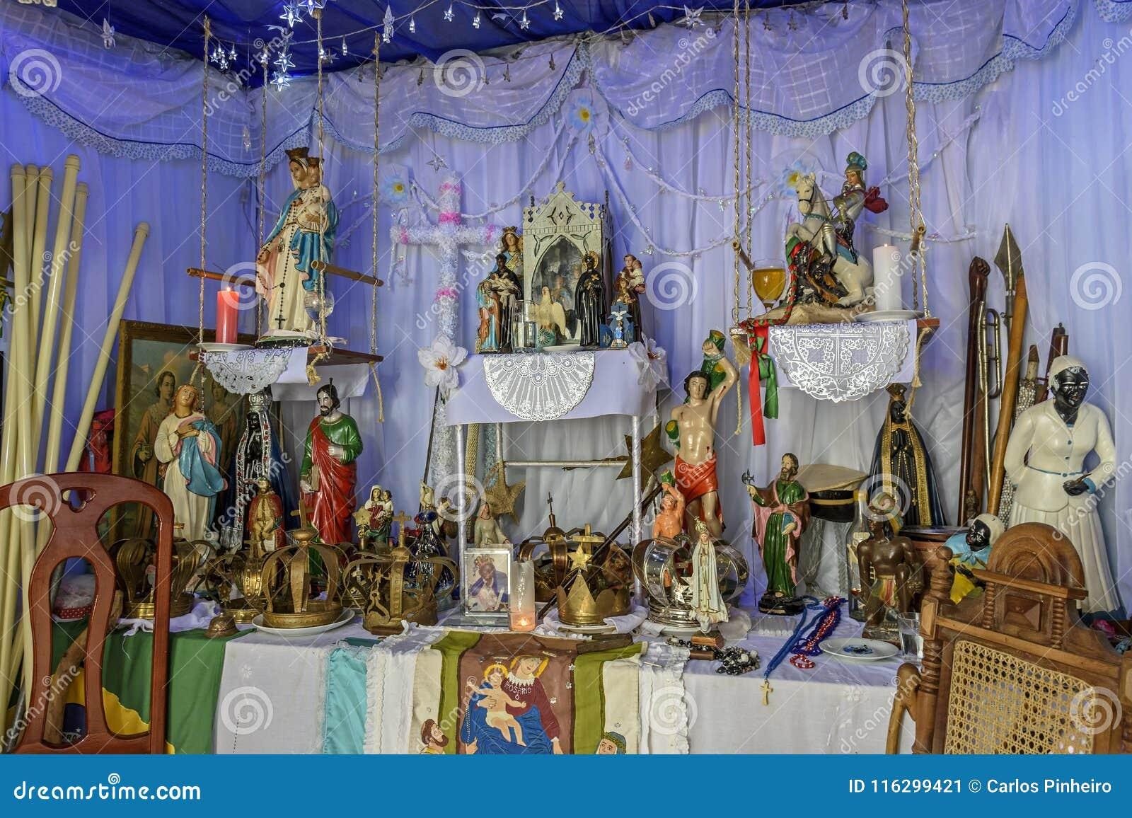Blandande beståndsdelar för brasilianskt religiöst altare av umbandaen, candomblé och katolicism