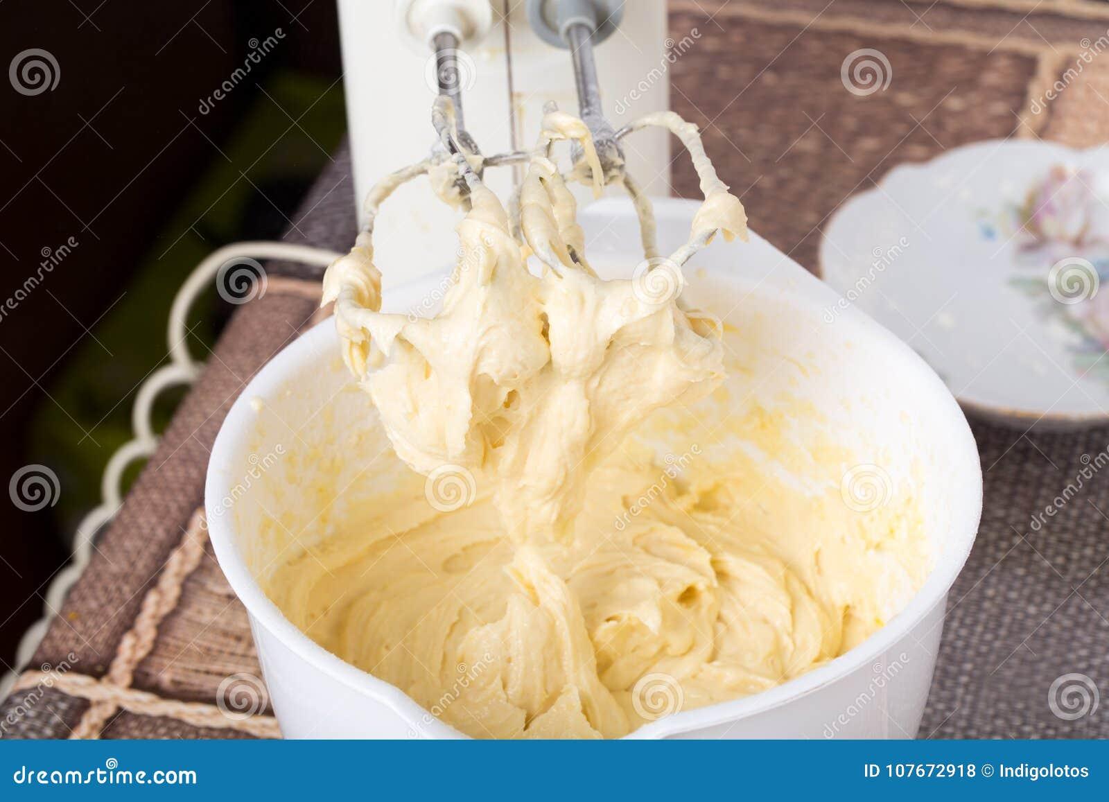 Blandande deg med mjöl