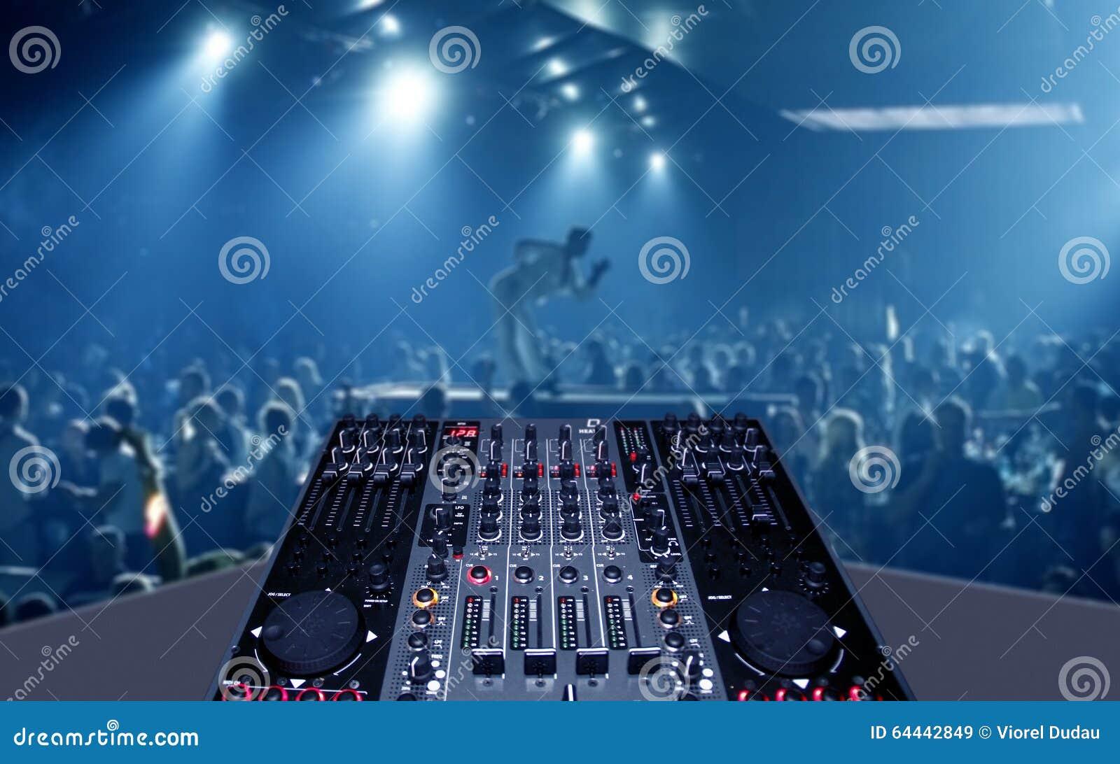 Blandande skrivbord i nattklubbparti med lightshow