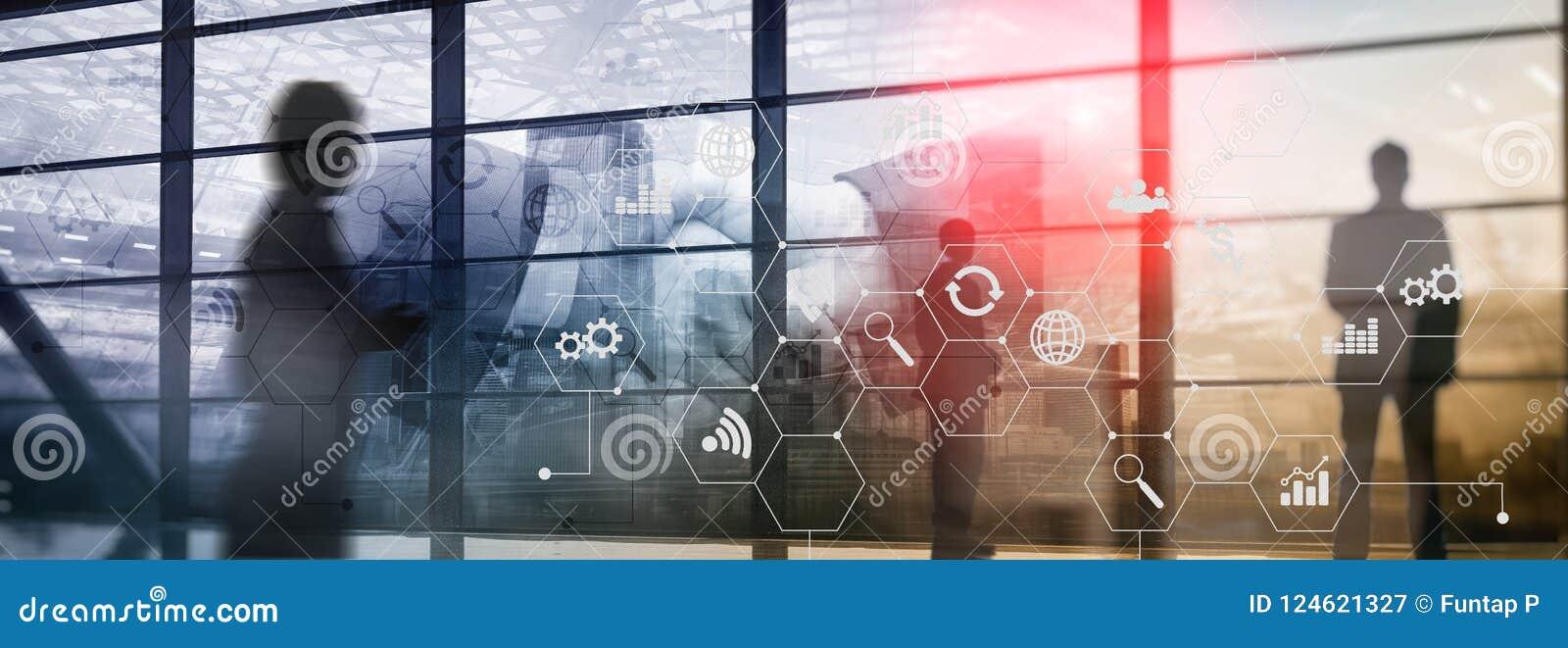 Blandat massmedia för dubbel exponering Diagram och symboler på hologramskärmen Affärsfolk och modern stad på bakgrund