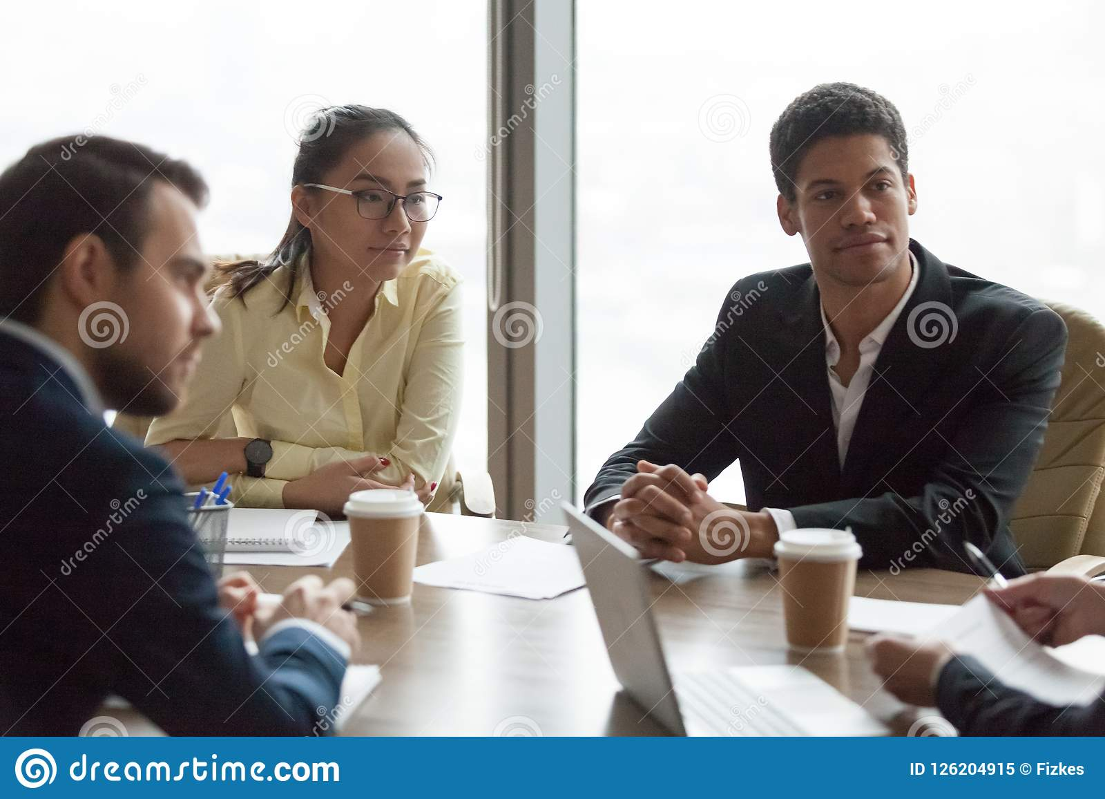 Blandras- affärsfolk på mötet i negoti för konferensrum