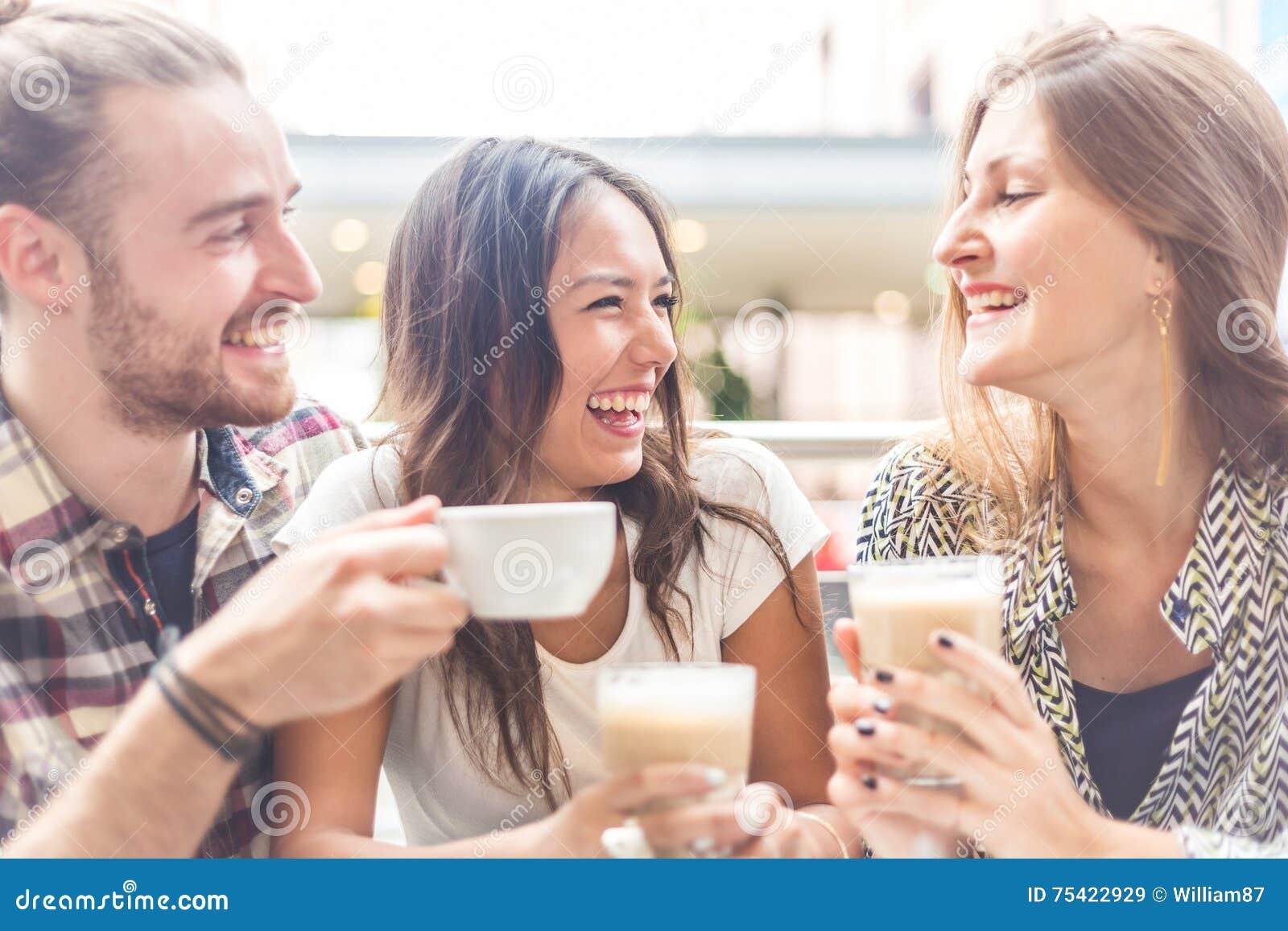 Blandras- grupp av vänner som har ett kaffe tillsammans