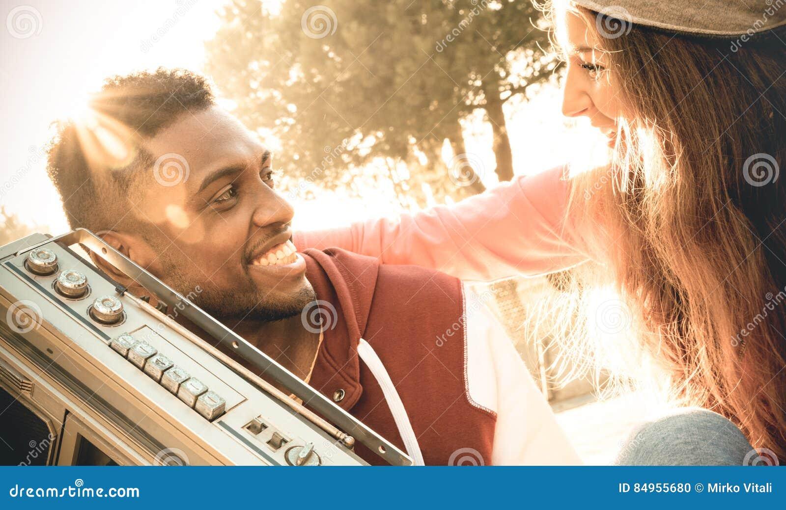 Blandras- par på början av lyssnande musik för kärlekshistoria
