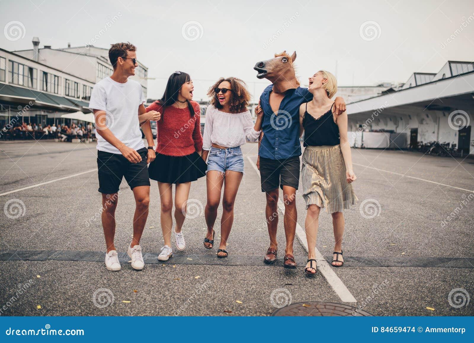 Blandras- unga vänner som har gyckel tillsammans på gatan