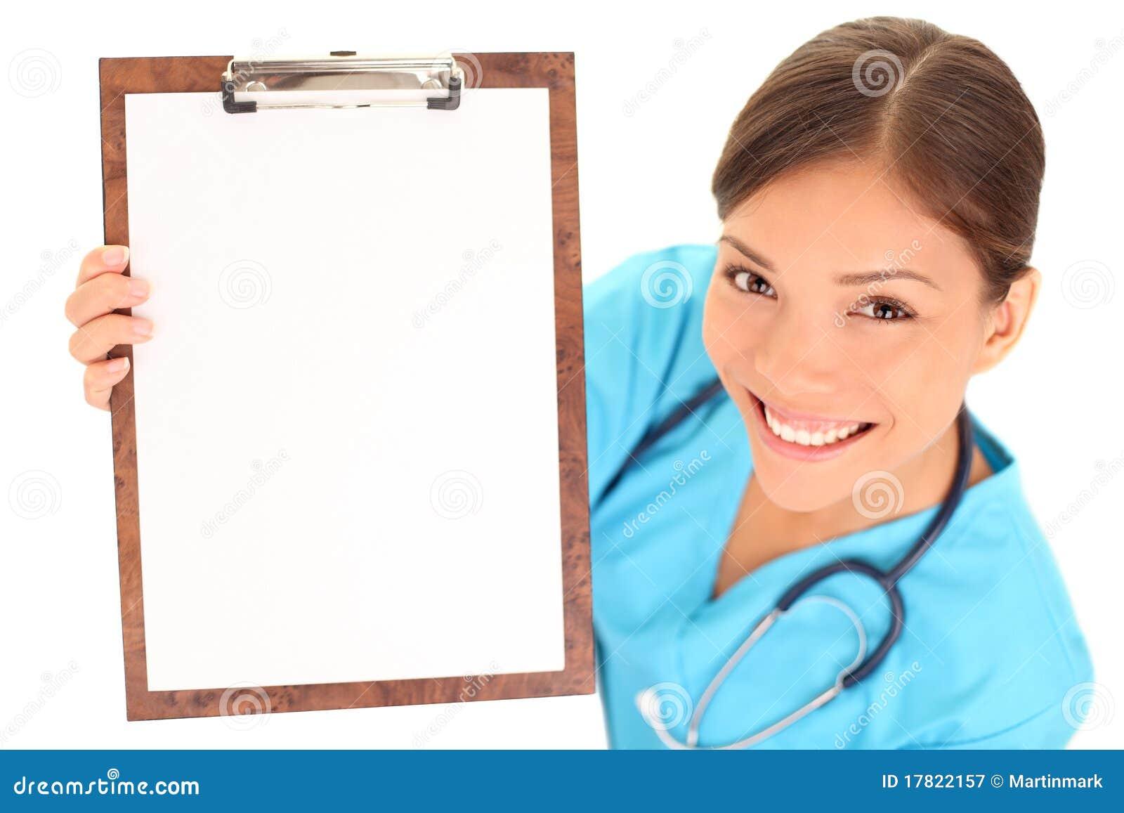 Blank clipboarddoktorssjuksköterska som visar tecknet
