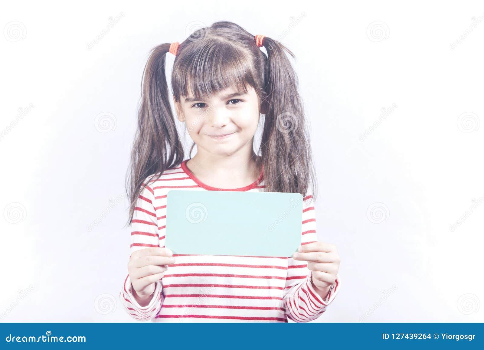Blank flicka som rymmer little tecken