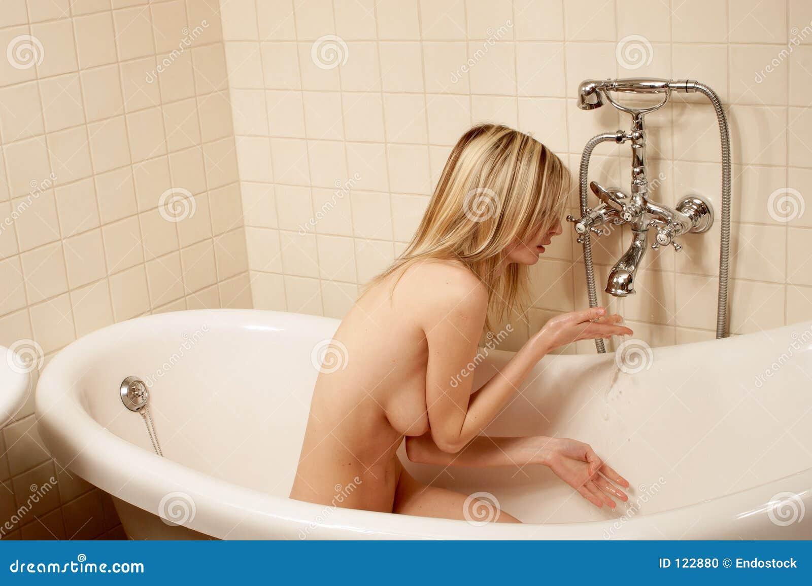 Blanke Frau hat Bad in der altmodischen Retro- Badewanne -