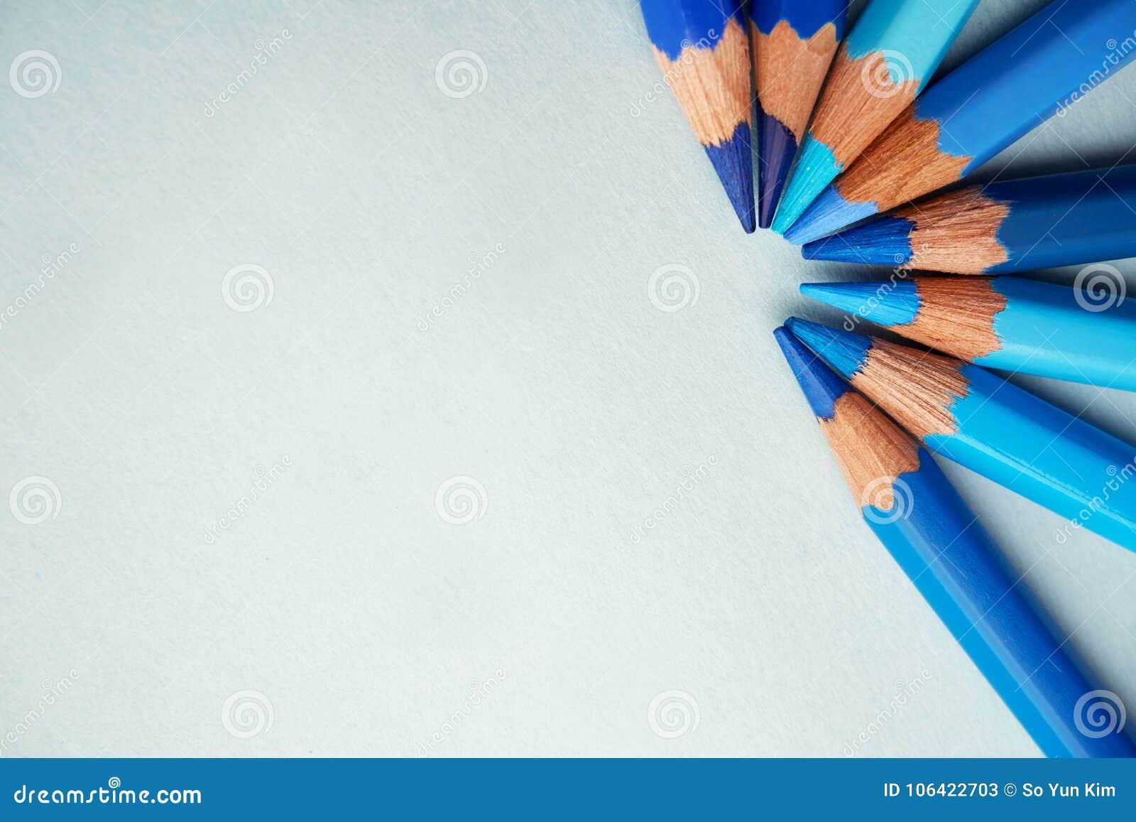 Blau farbige Bleistifte auf einem blauen Hintergrund