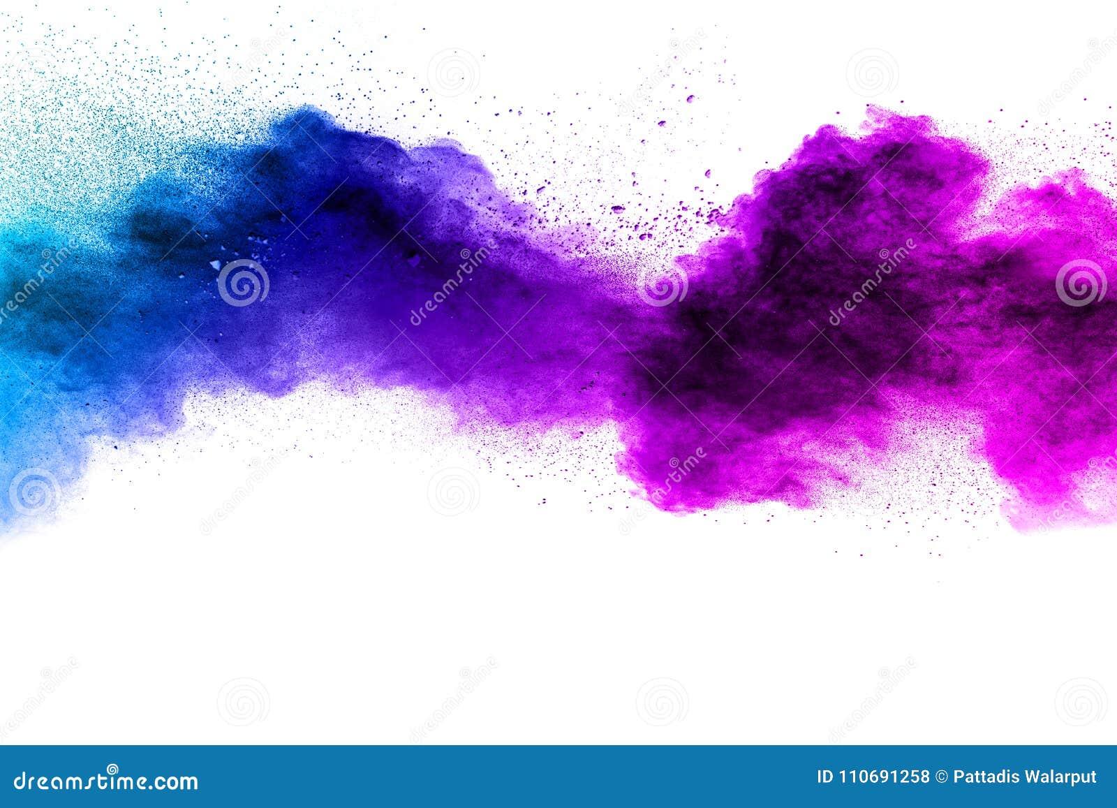 Blau-purpurrote Farbpulver-Explosionswolke lokalisiert auf weißem Hintergrund