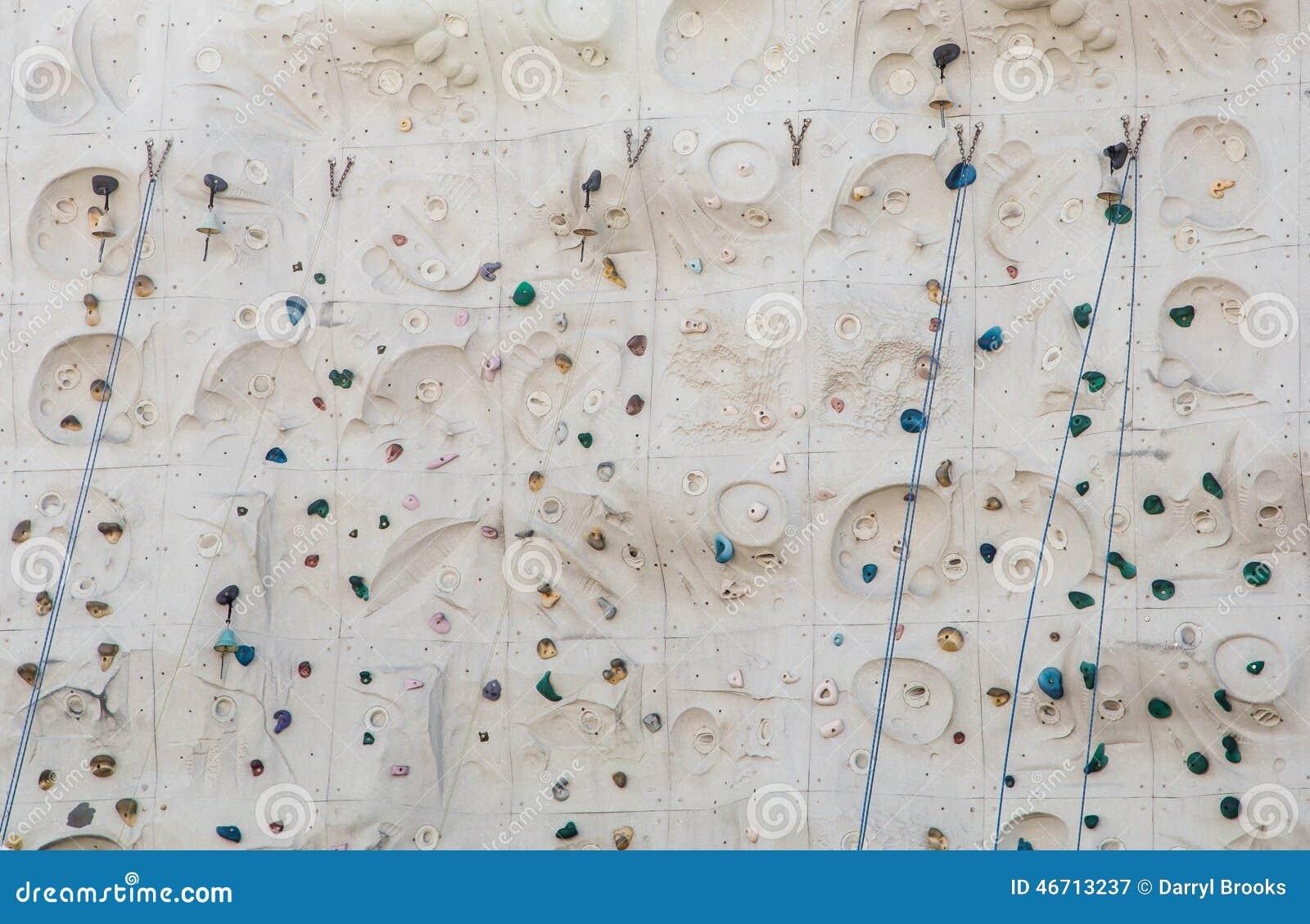 blaue bell-seile und -griffe auf kletterwand stockbild - bild von