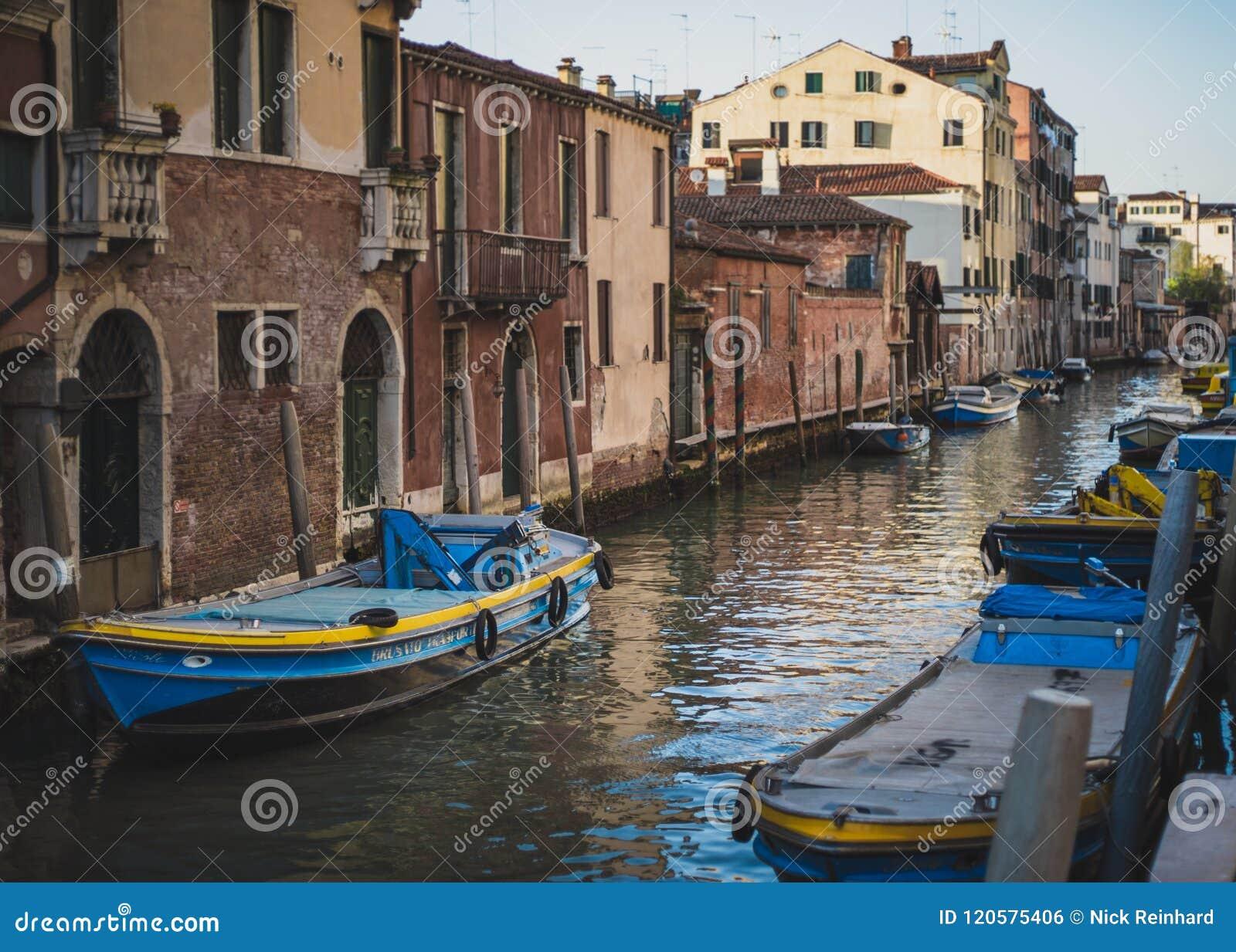 Blaue Boote auf dem venetianischen Kanal