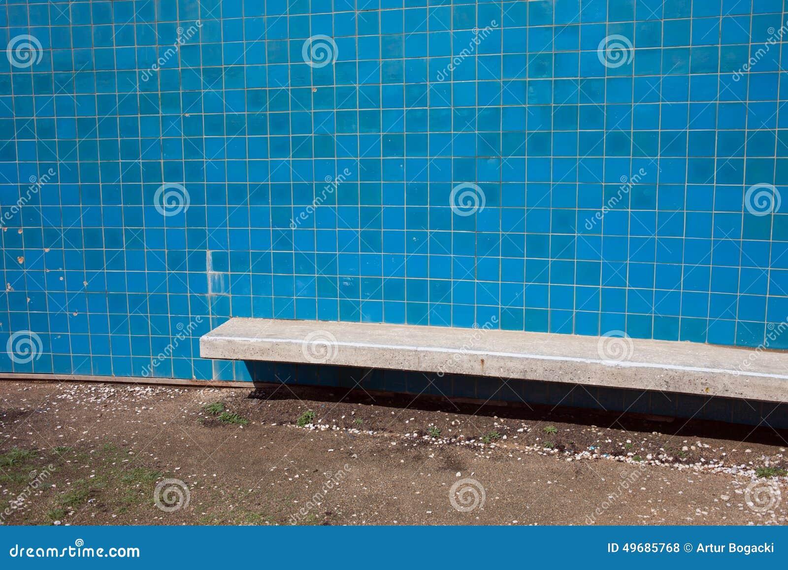 blaue fliesen wand mit bank stockfoto bild 49685768. Black Bedroom Furniture Sets. Home Design Ideas