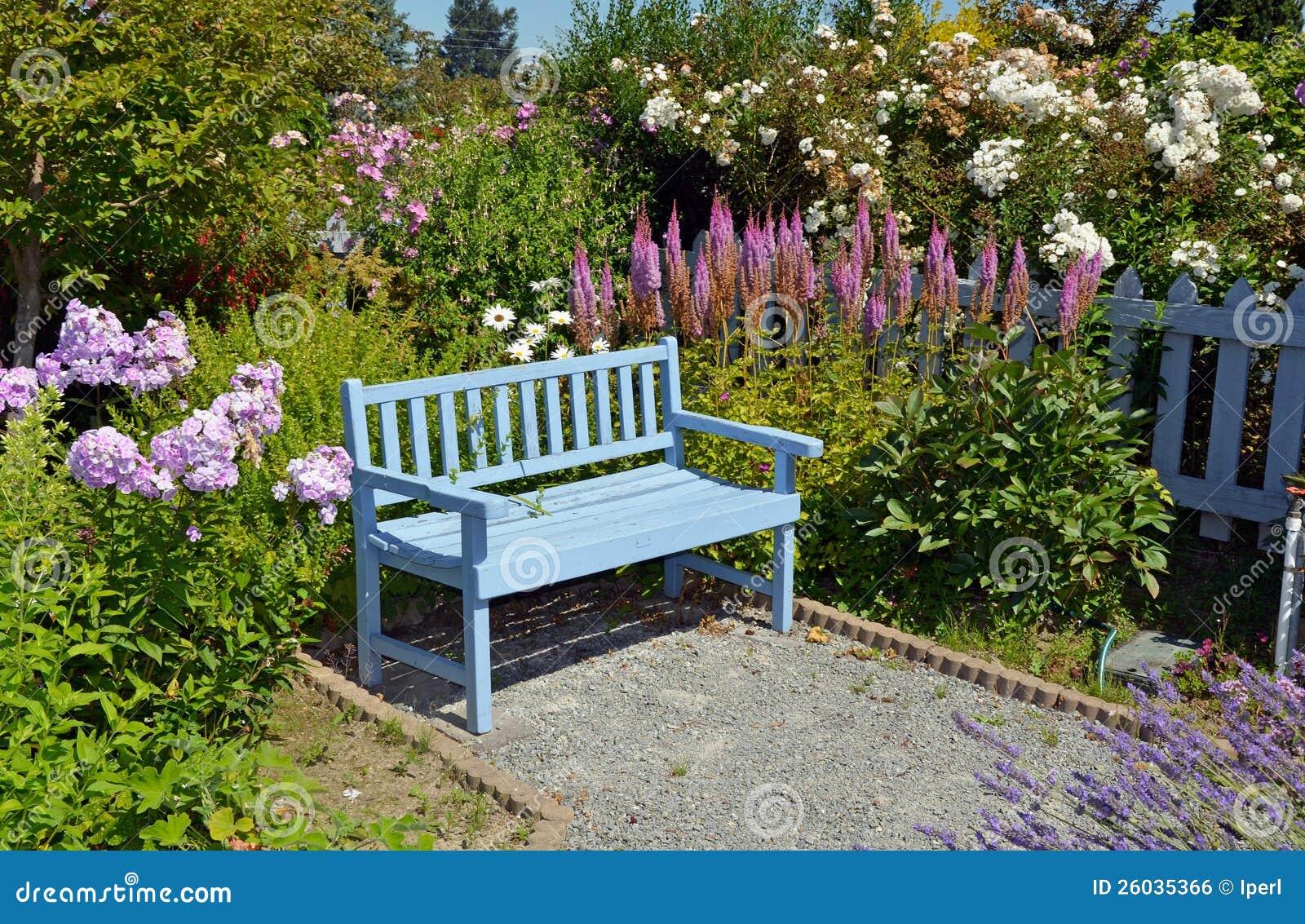 Blaue gartenbank stockfoto bild von bunt sitz blumen - Gartenbank bunt ...
