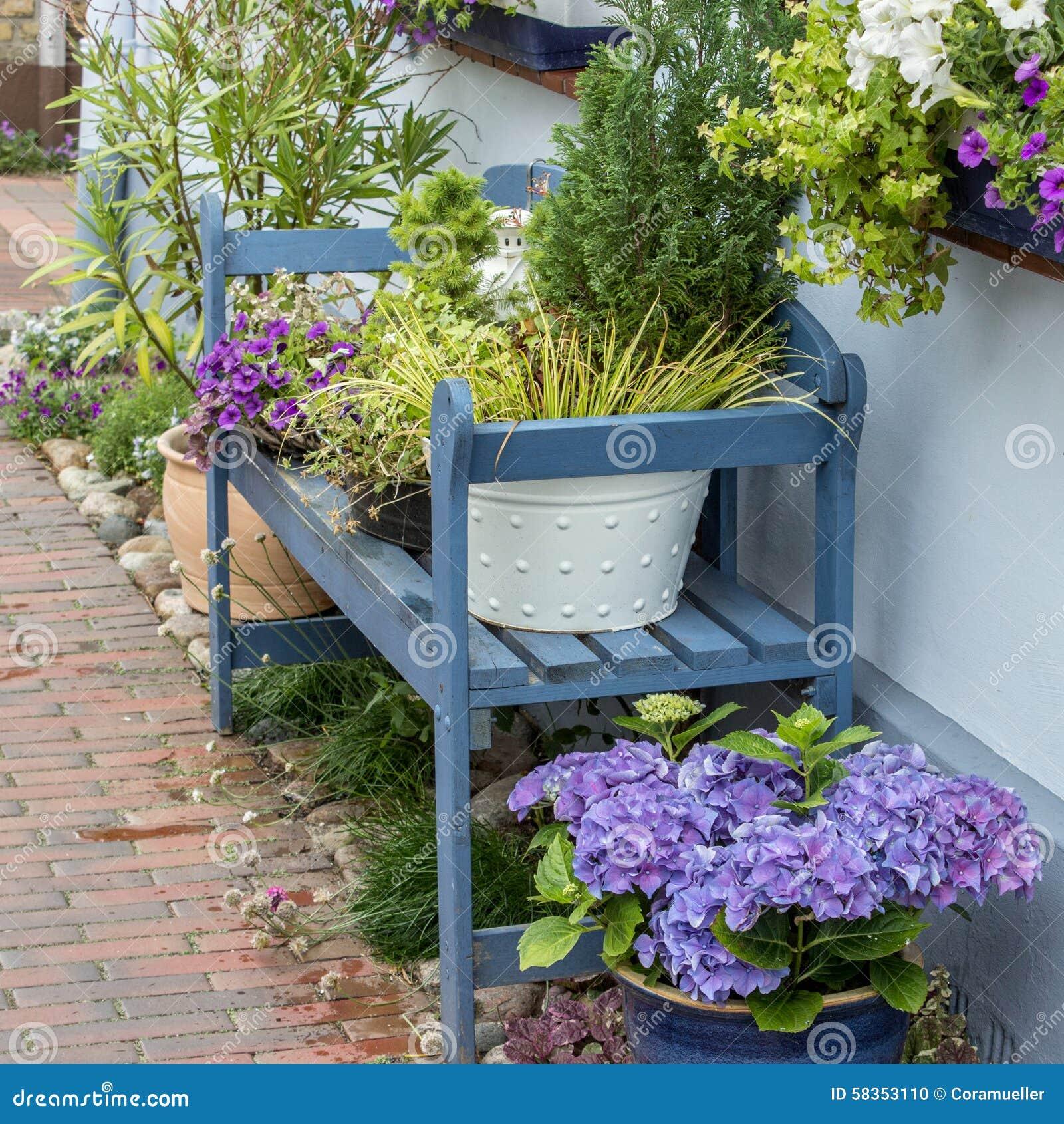 blaue gartenbank stockfoto bild von gr n dekoration 58353110. Black Bedroom Furniture Sets. Home Design Ideas