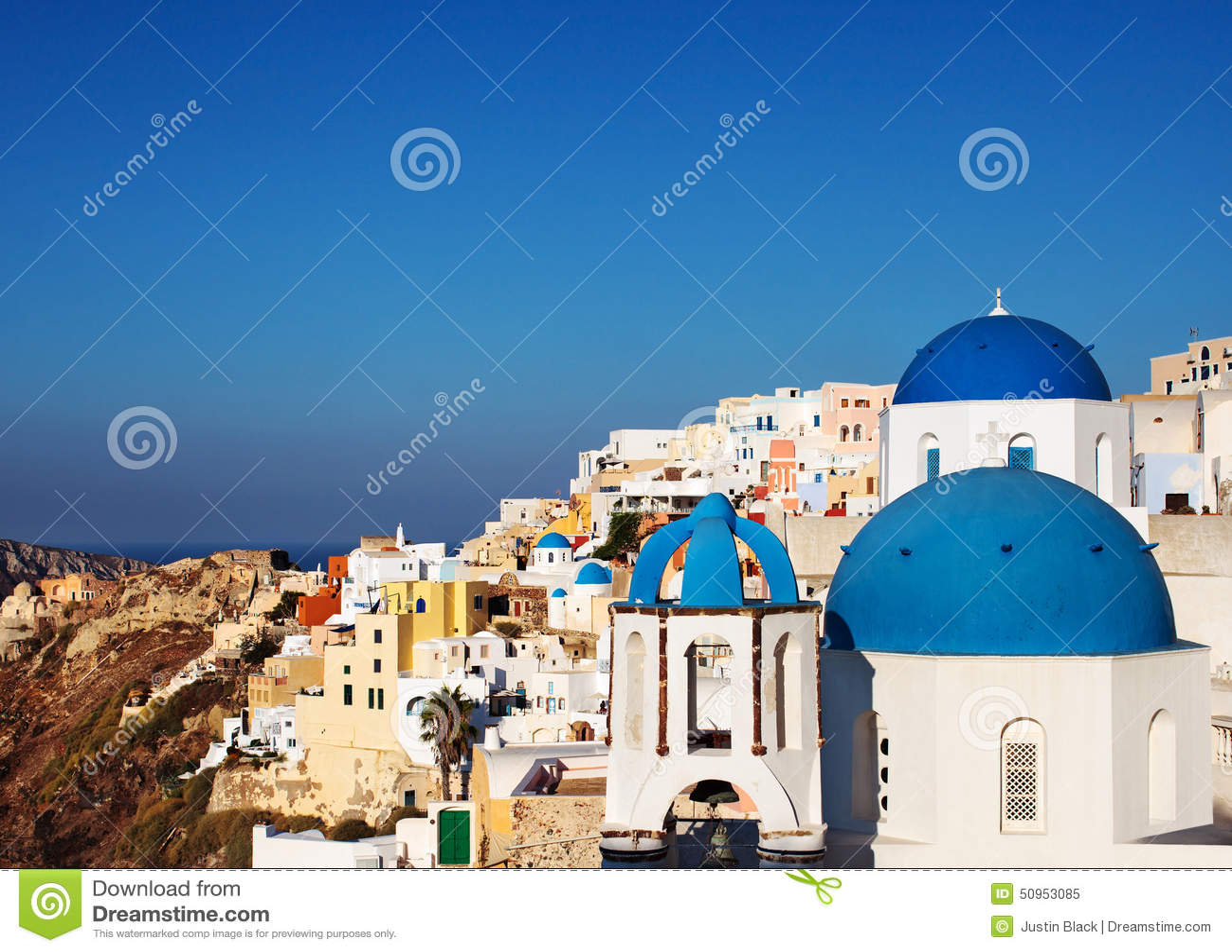 Blaue Haubenkirchen Santorini in Oia-Dorf, Griechenland