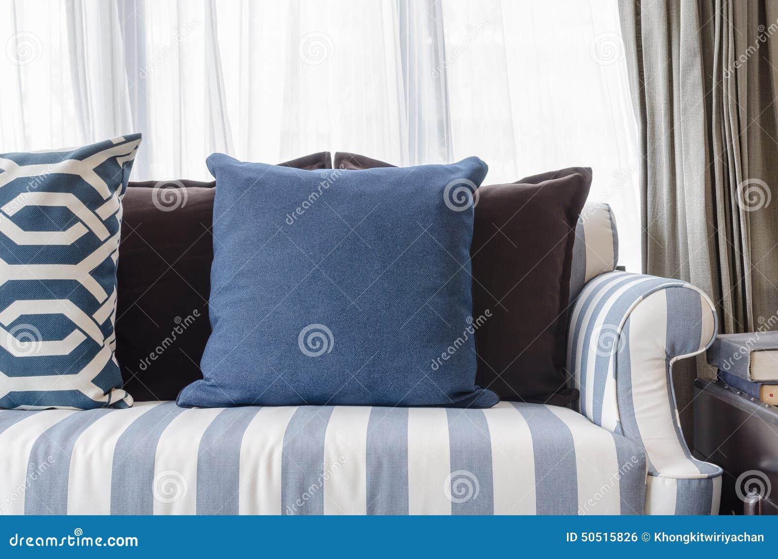 blaue kissen auf sofa im wohnzimmer stockfoto bild 50515826. Black Bedroom Furniture Sets. Home Design Ideas