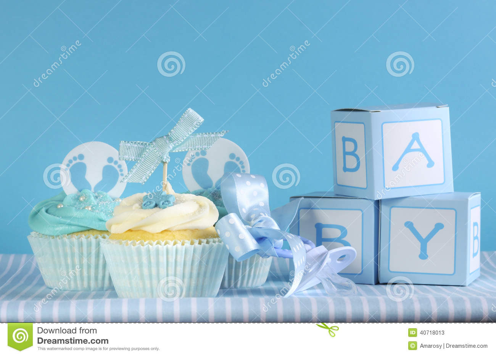 Blaue kleine Kuchen und Baby des Themababys drei bevorzugen Geschenkboxen