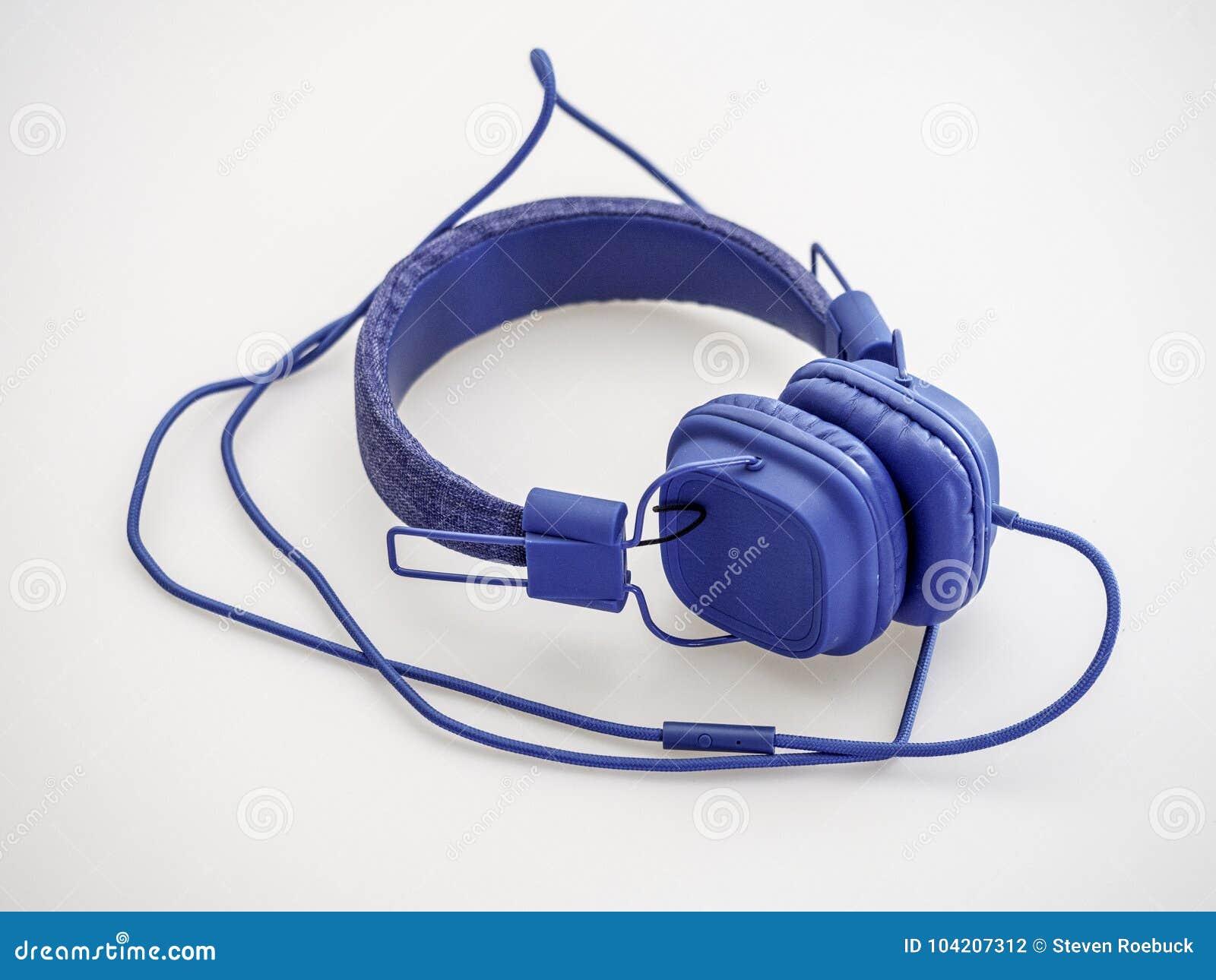 Blaue Kopfhörer mit blauem Kabel