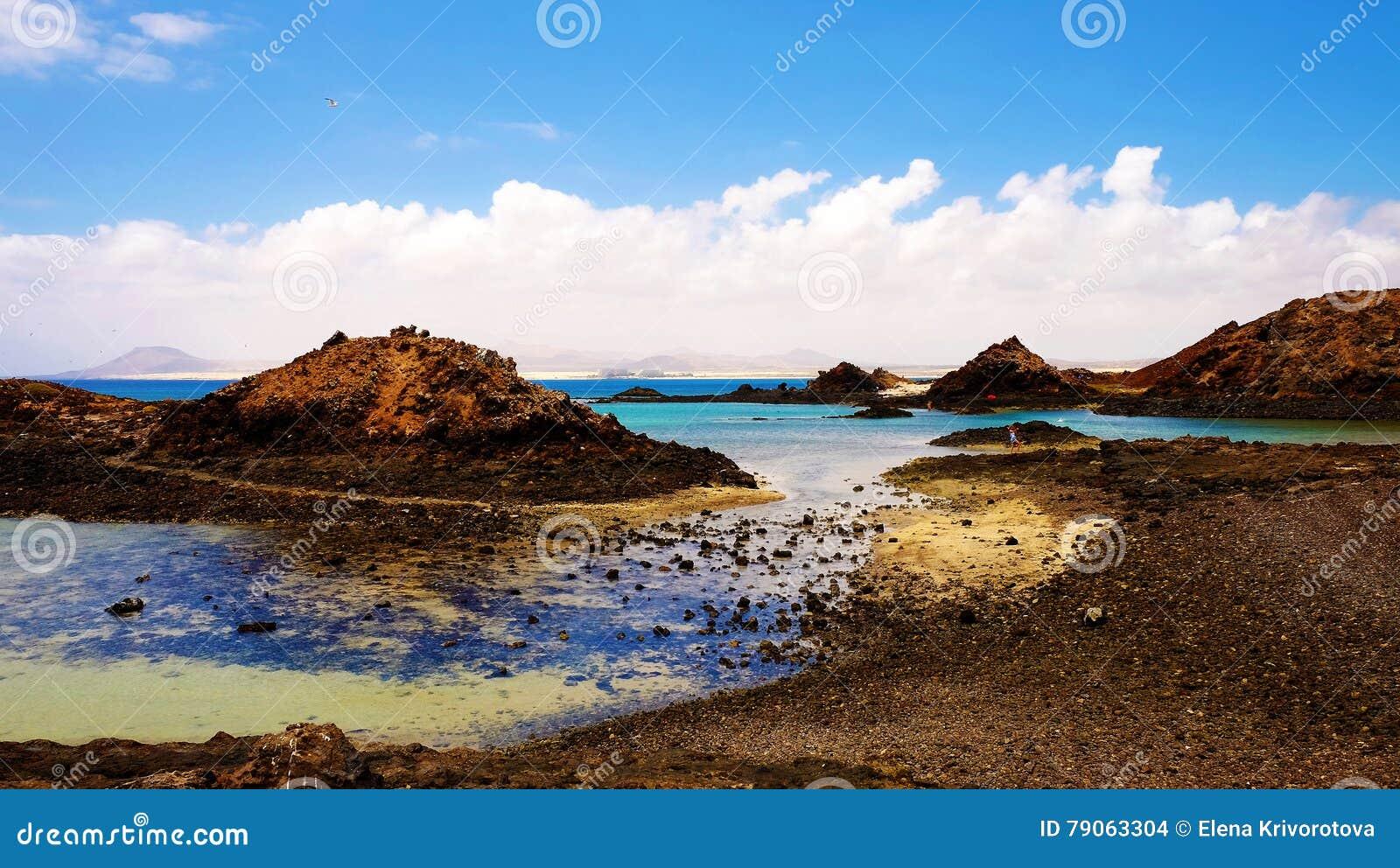 Blaue Lagune Auf Der Insel Lobos, Fuerteventura, Spanien Stockfoto ...