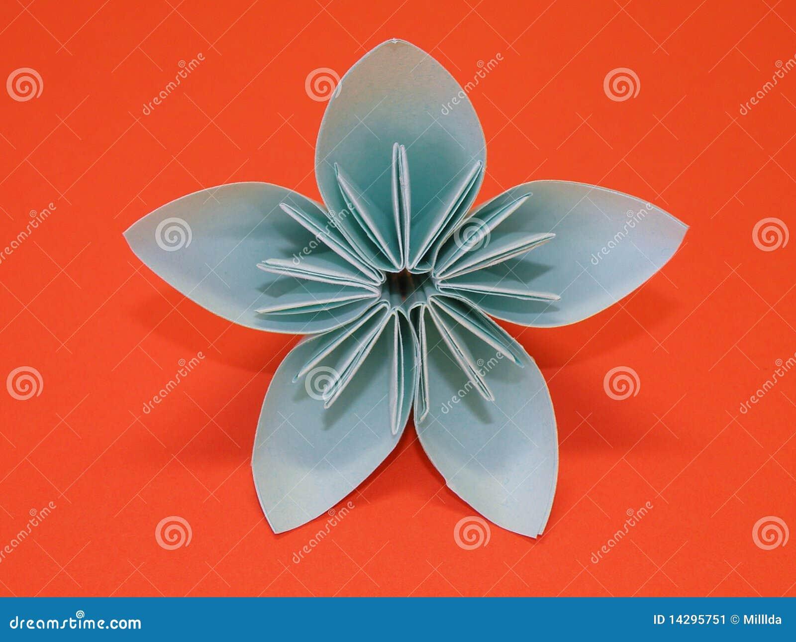 Blaue origami blume getrennt auf orange hintergrund