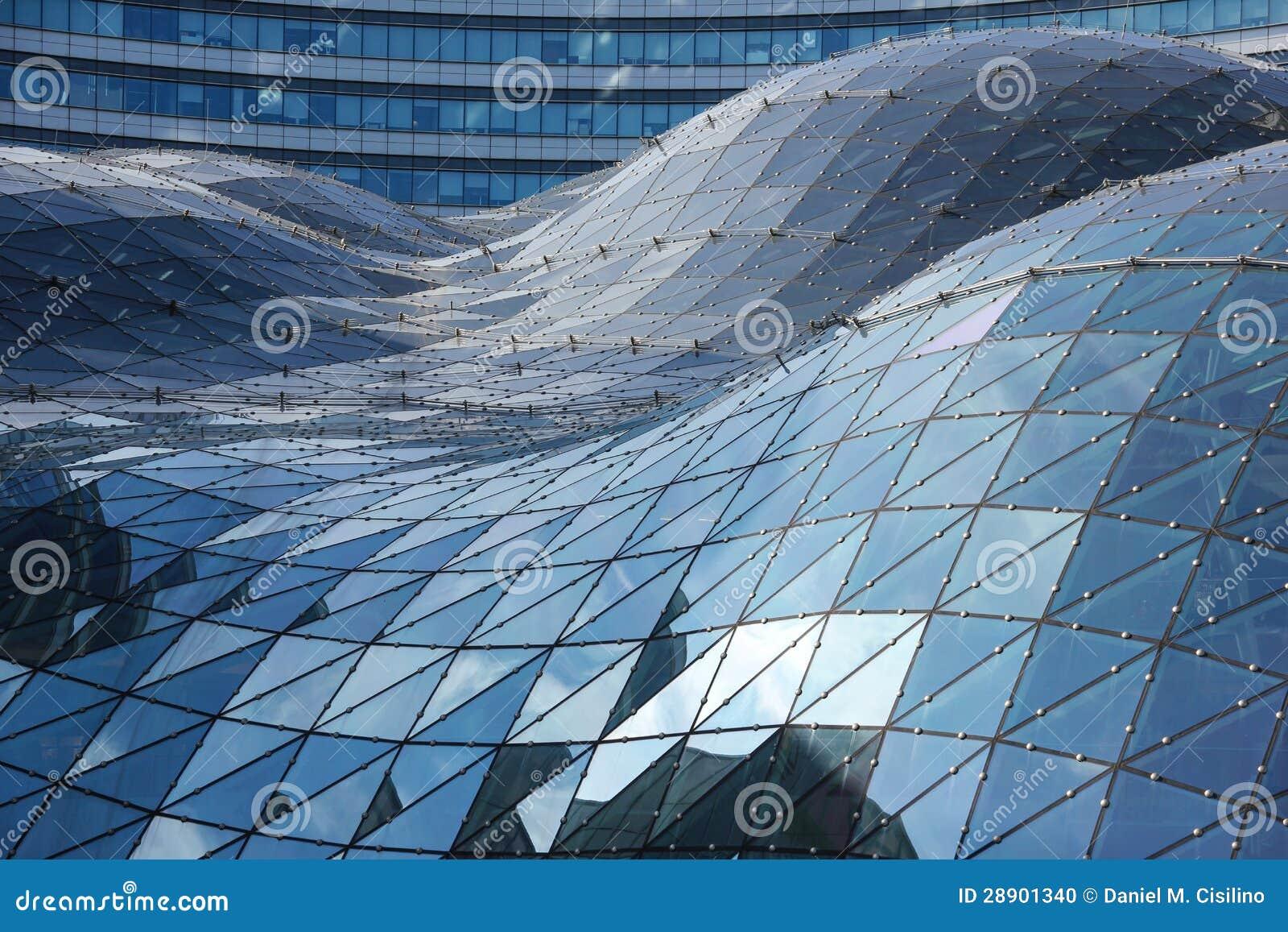 Blaue Reflexionen auf dem Dach des modernen Gebäudes. Warschau. Polen