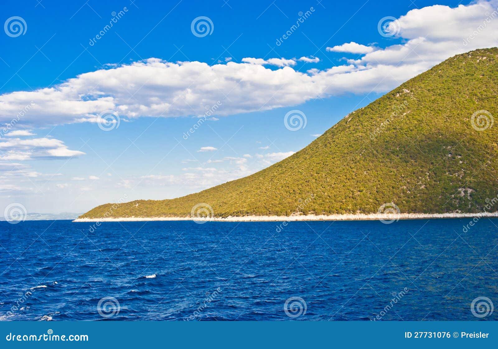 Blaue See- und Küstelandschaft