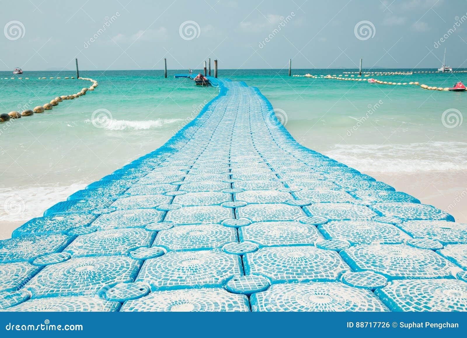 Blaue Seeboje gekennzeichnet für das Festmachen und Abgrenzung von sicheren Booten