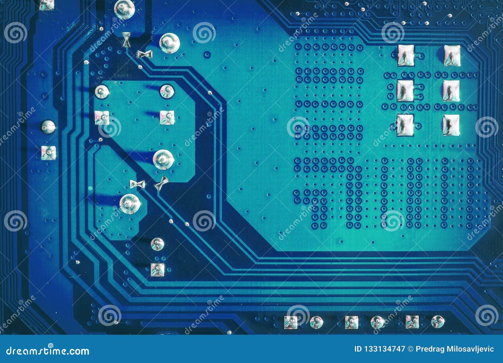 Blaue Seite des Motherboardstromkreises mit gelöteten Kontakten und Beschaffenheit High-Techer abstrakter Hintergrund mit digital