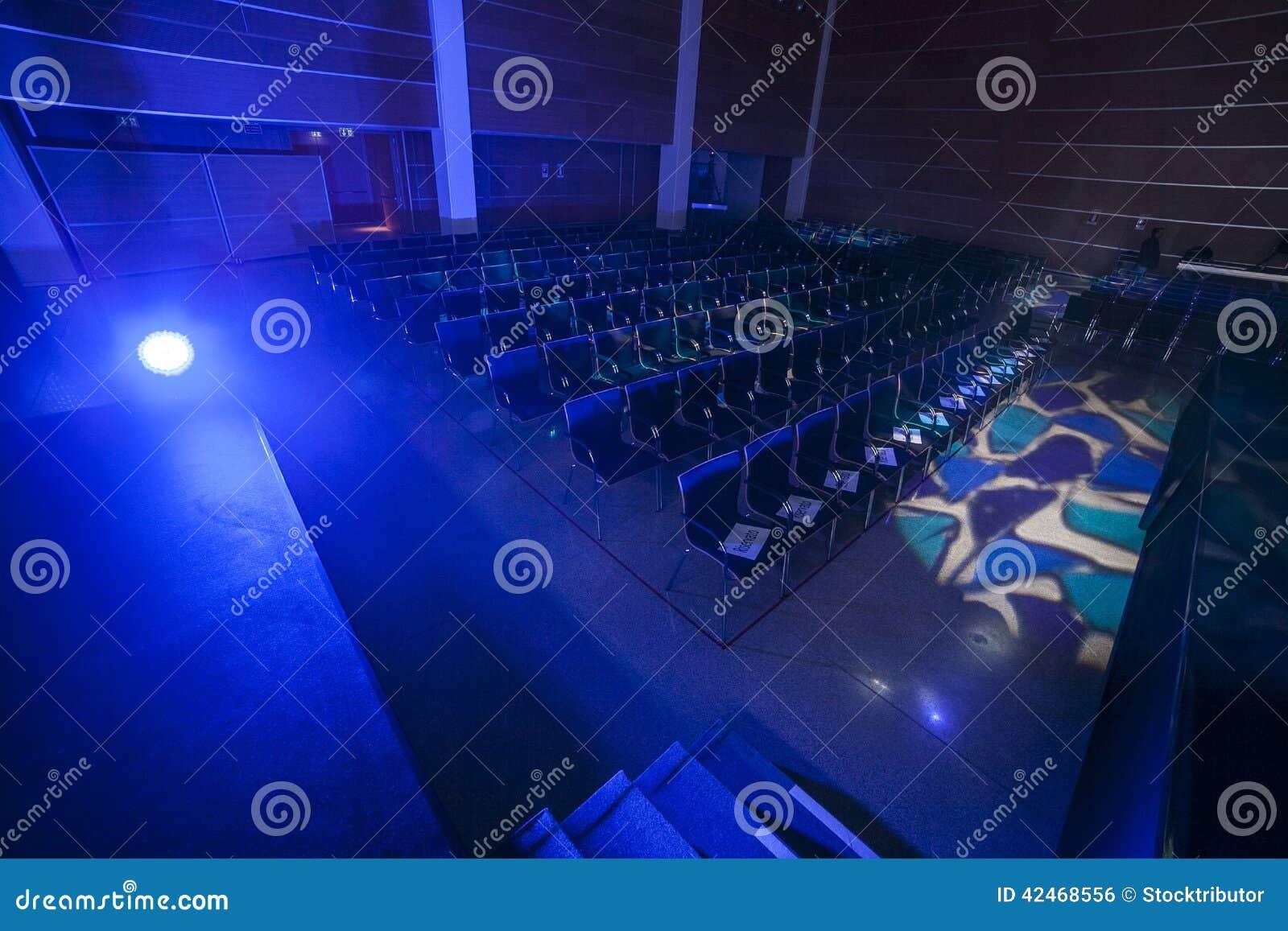 Blaue Stühle und hölzerne Tabelle