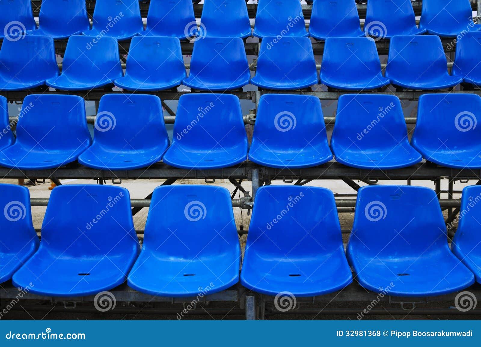 Blaue Stadionssitze.