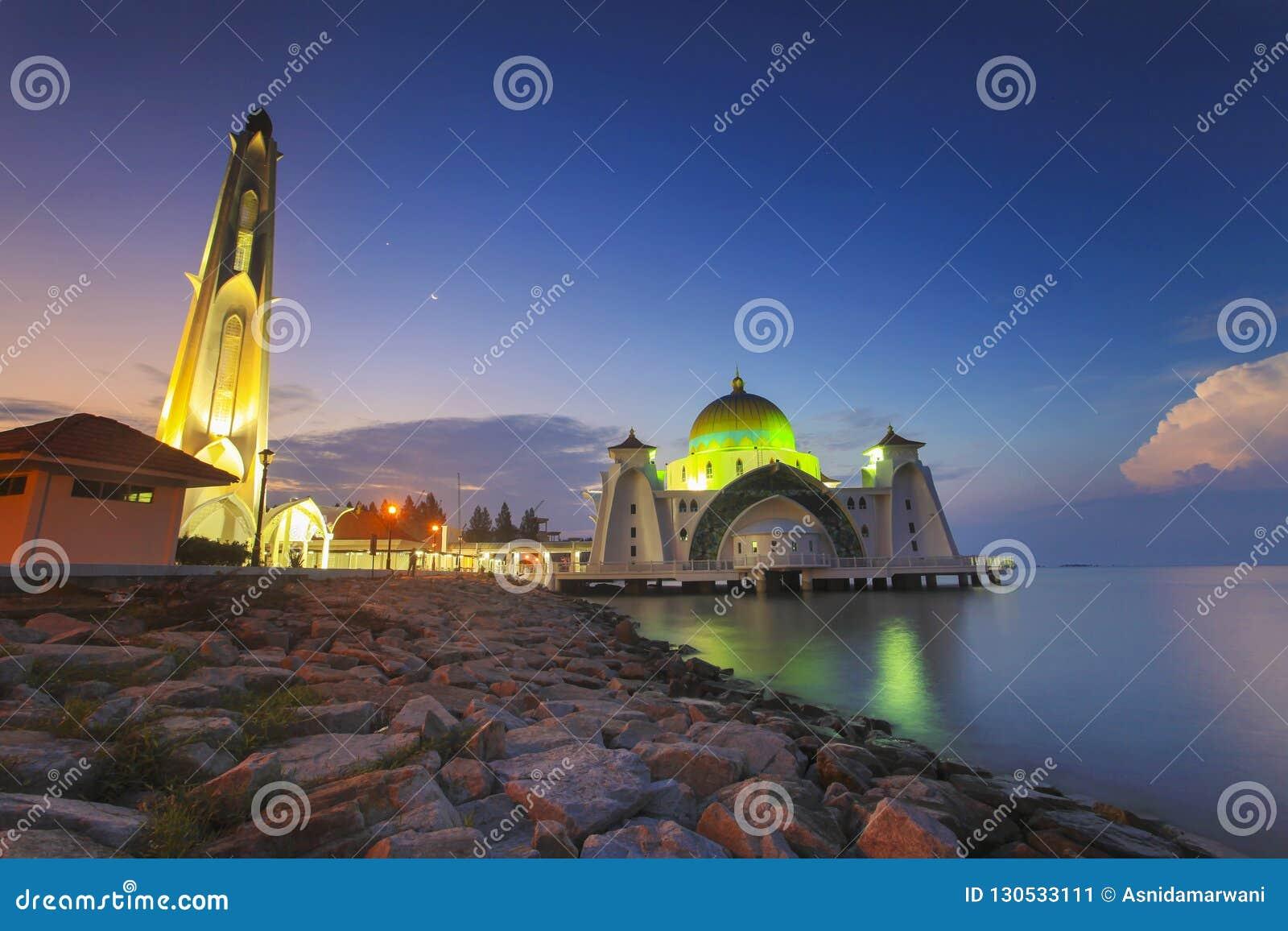 Blaue Stunde an der schönen Malakka-Straßen-Moschee mit Mond am Hintergrund