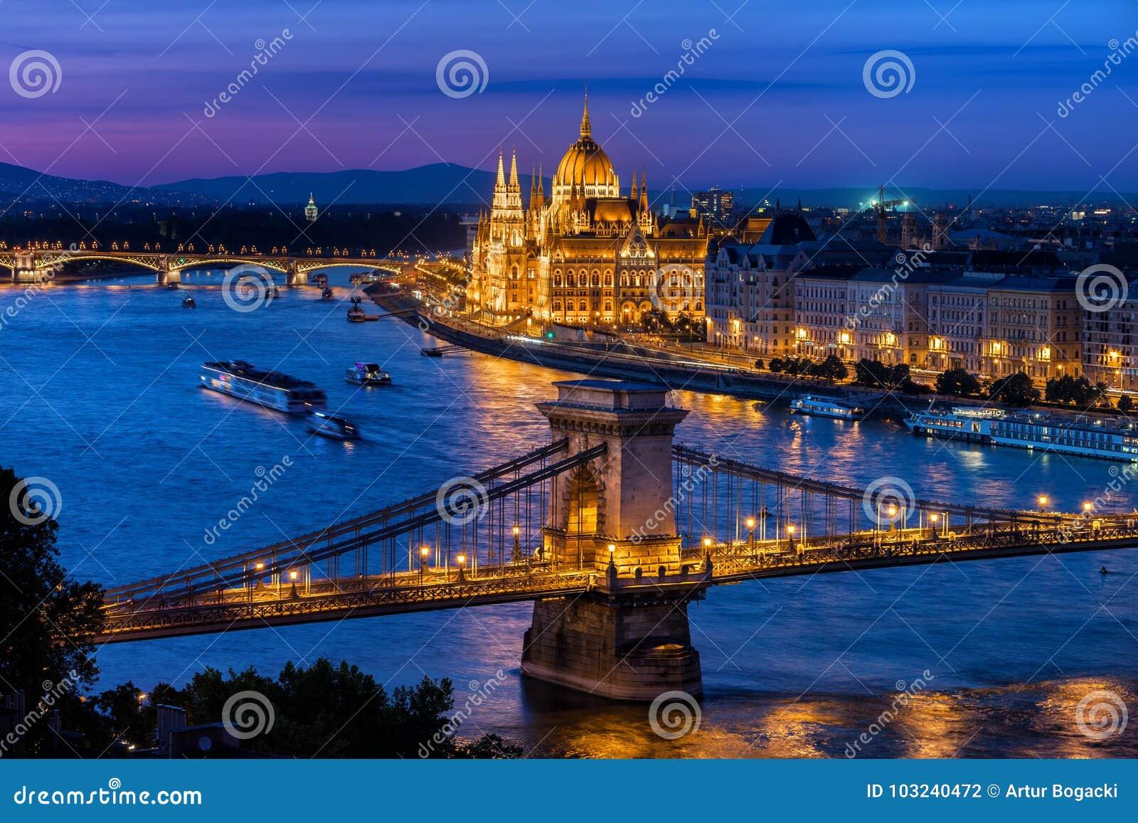 Blaue Stunde in der Stadt von Budapest