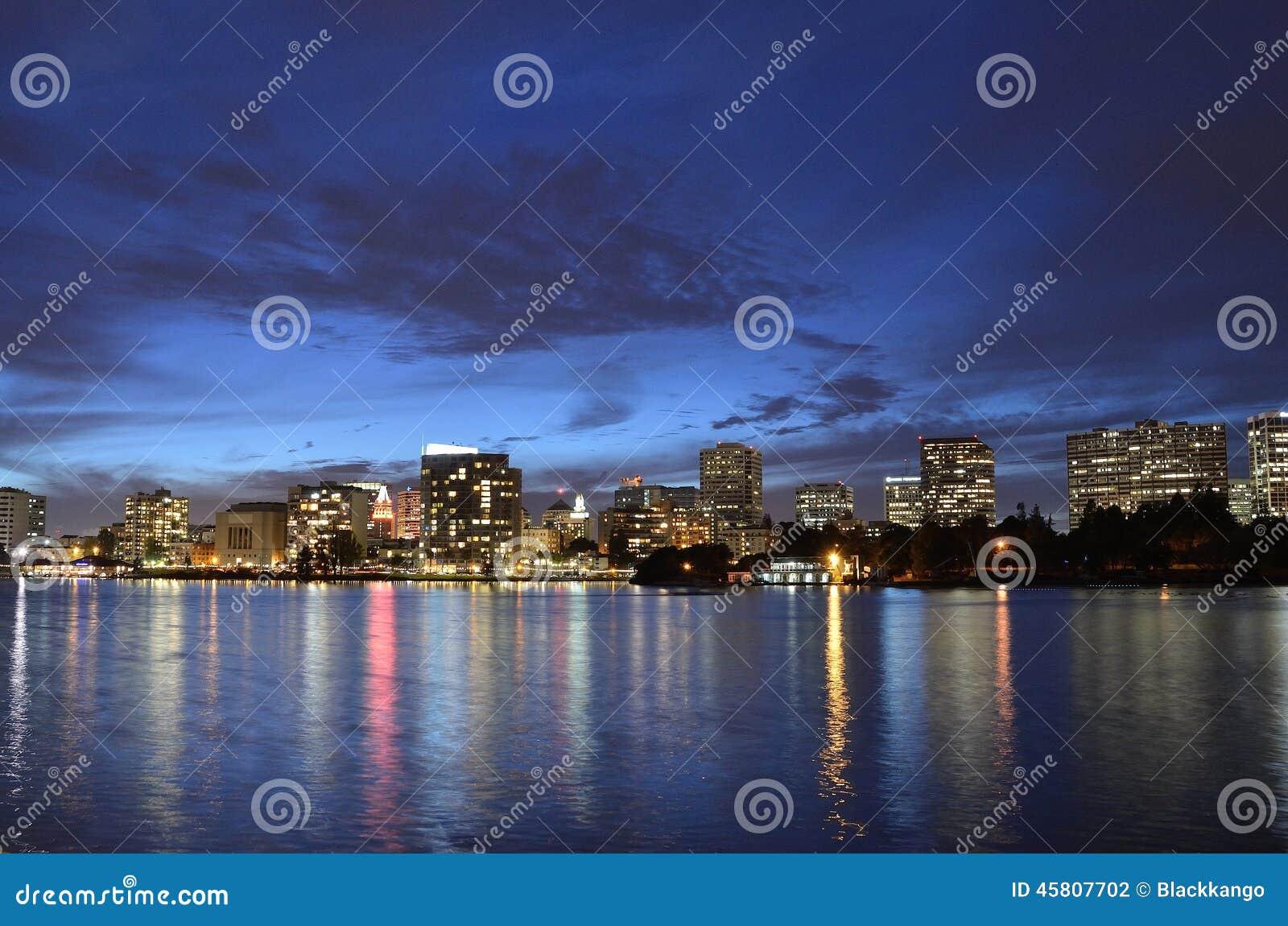Blaue Stunde an der Stadt von Oakland