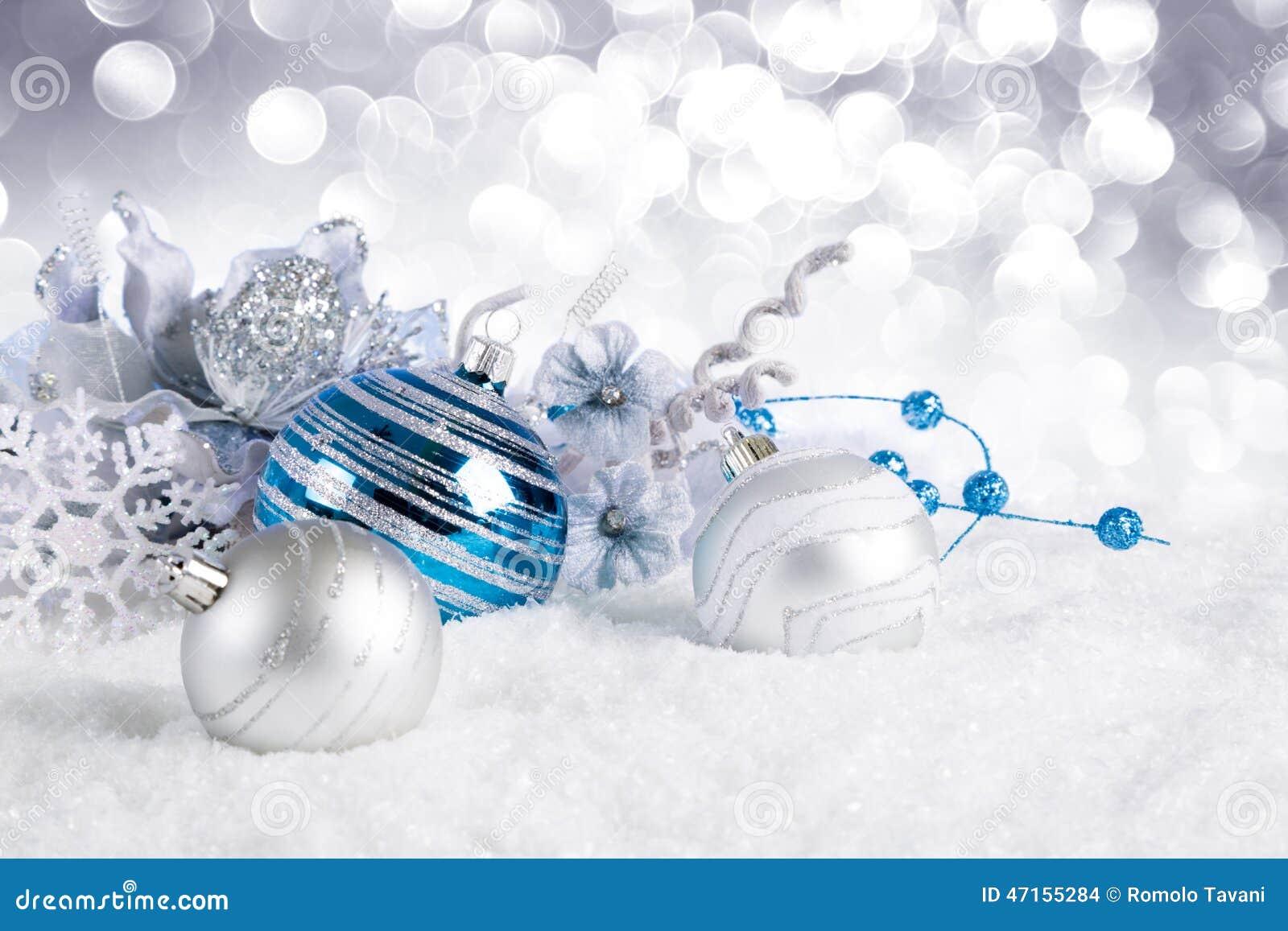 Blaue weihnachtskugeln auf schnee stockfoto bild von - Blaue christbaumkugeln ...
