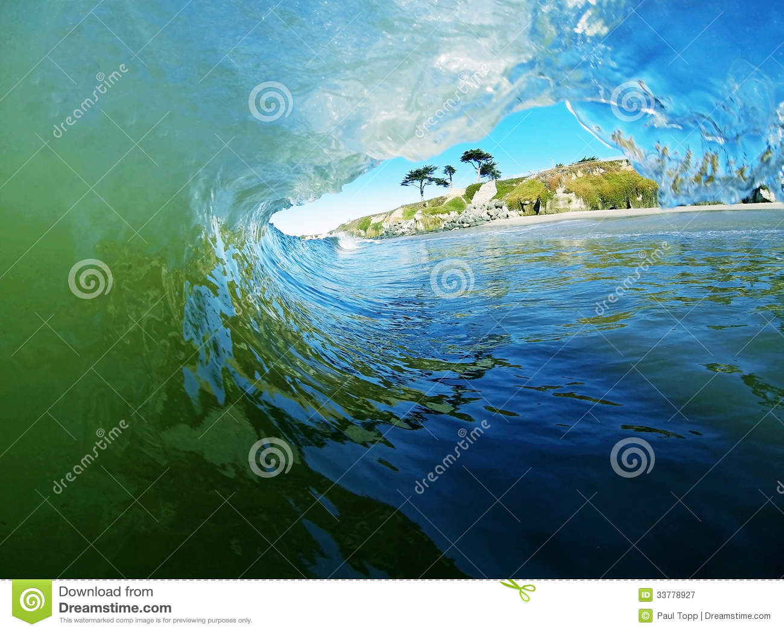 Blauen und grünen Meereswoge-Brüche nahe dem Strand