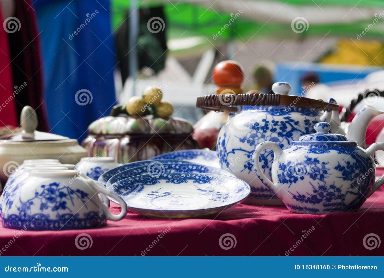 Blauer Dishware auf Flohmarkt