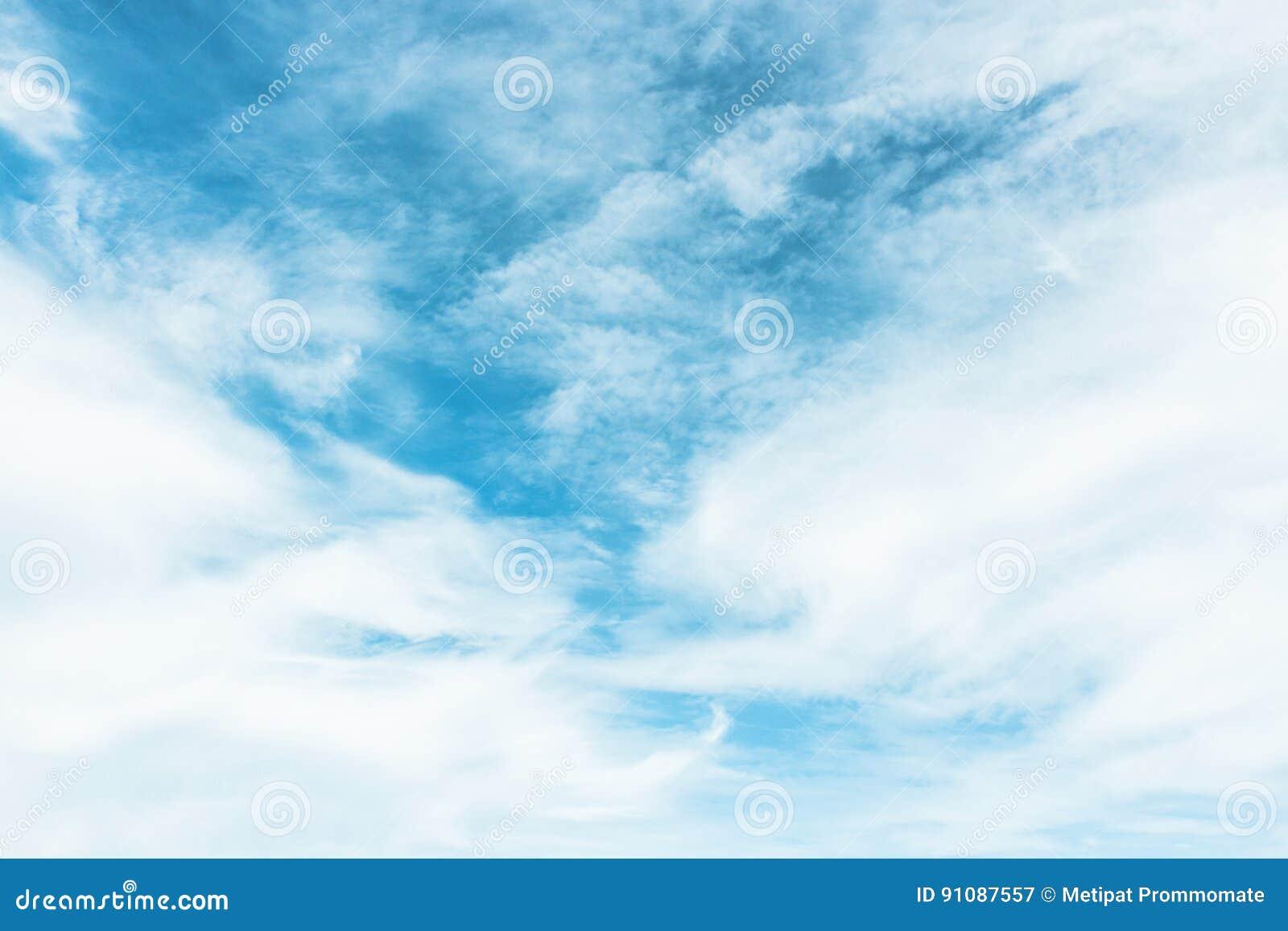 Blauer Himmel Gemalt Mit Weißen Wolken Stockbild - Bild von ...