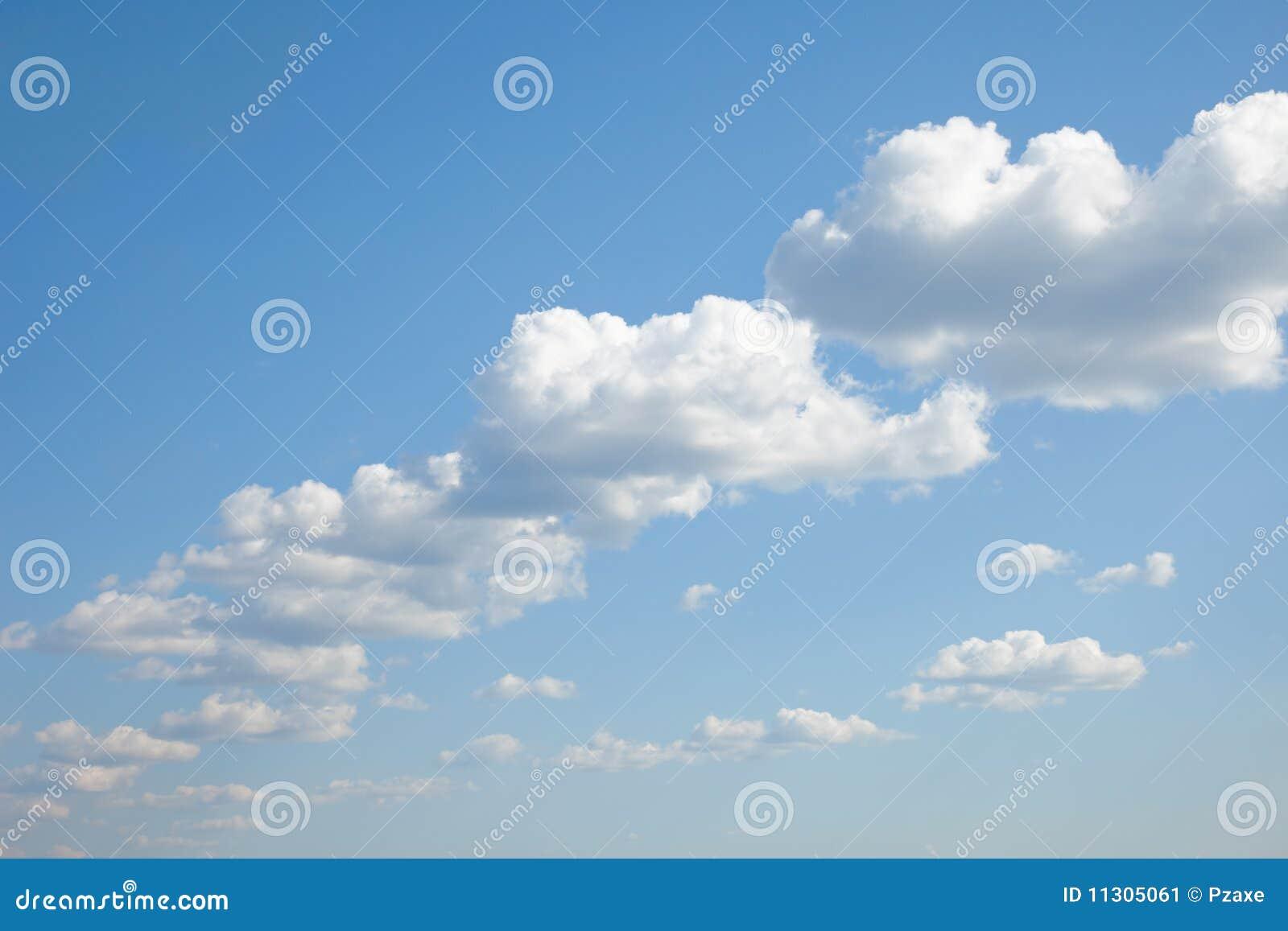 Blauer Himmel mit den Kumuluswolken nebeneinander aufgebaut