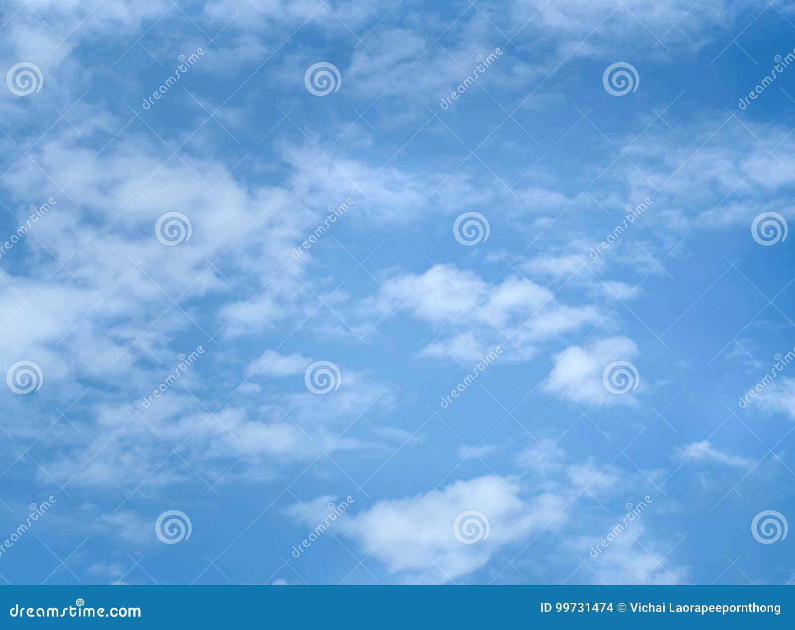 Blauer Himmel mit Loswolken