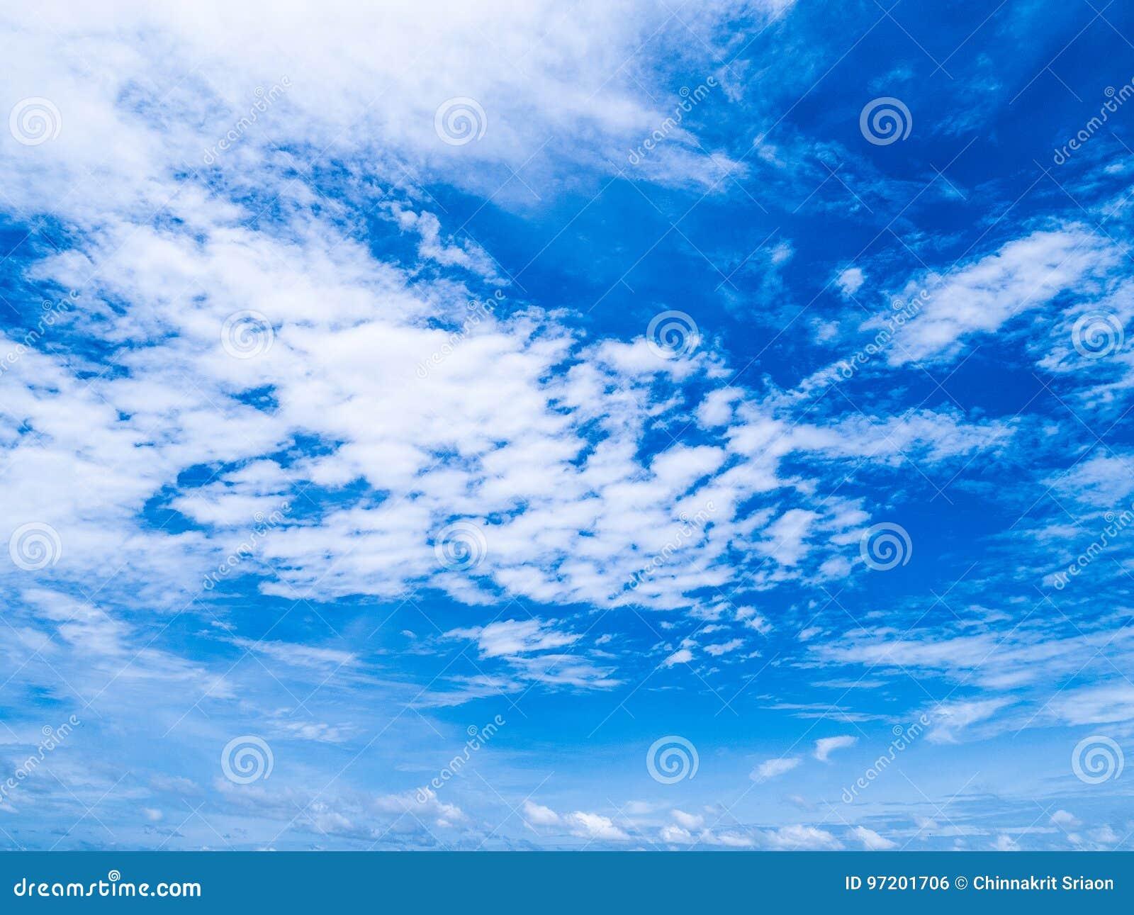 Blauer Himmel mit schönem klarem Sommertag der weißen Wolken Natürliches b