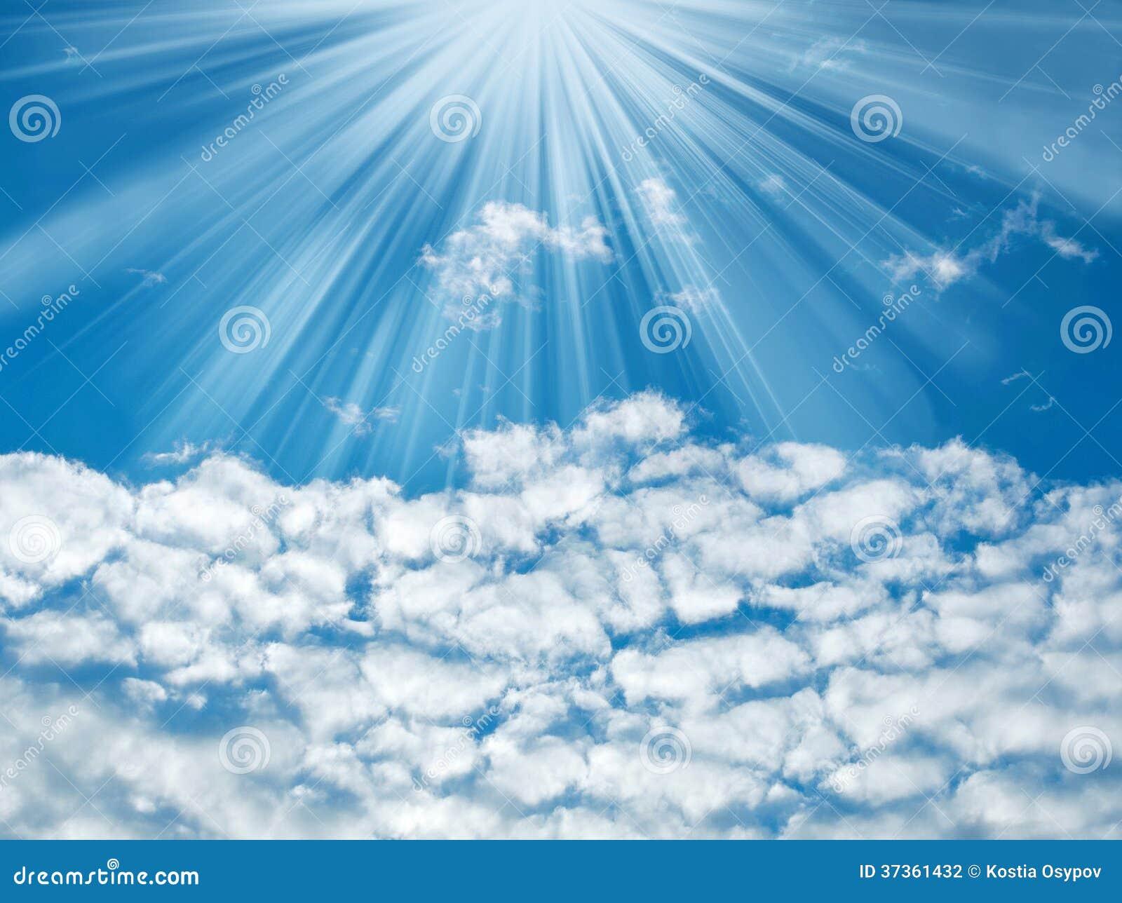 Blauer Himmel mit Sonnenstrahlen und -wolken