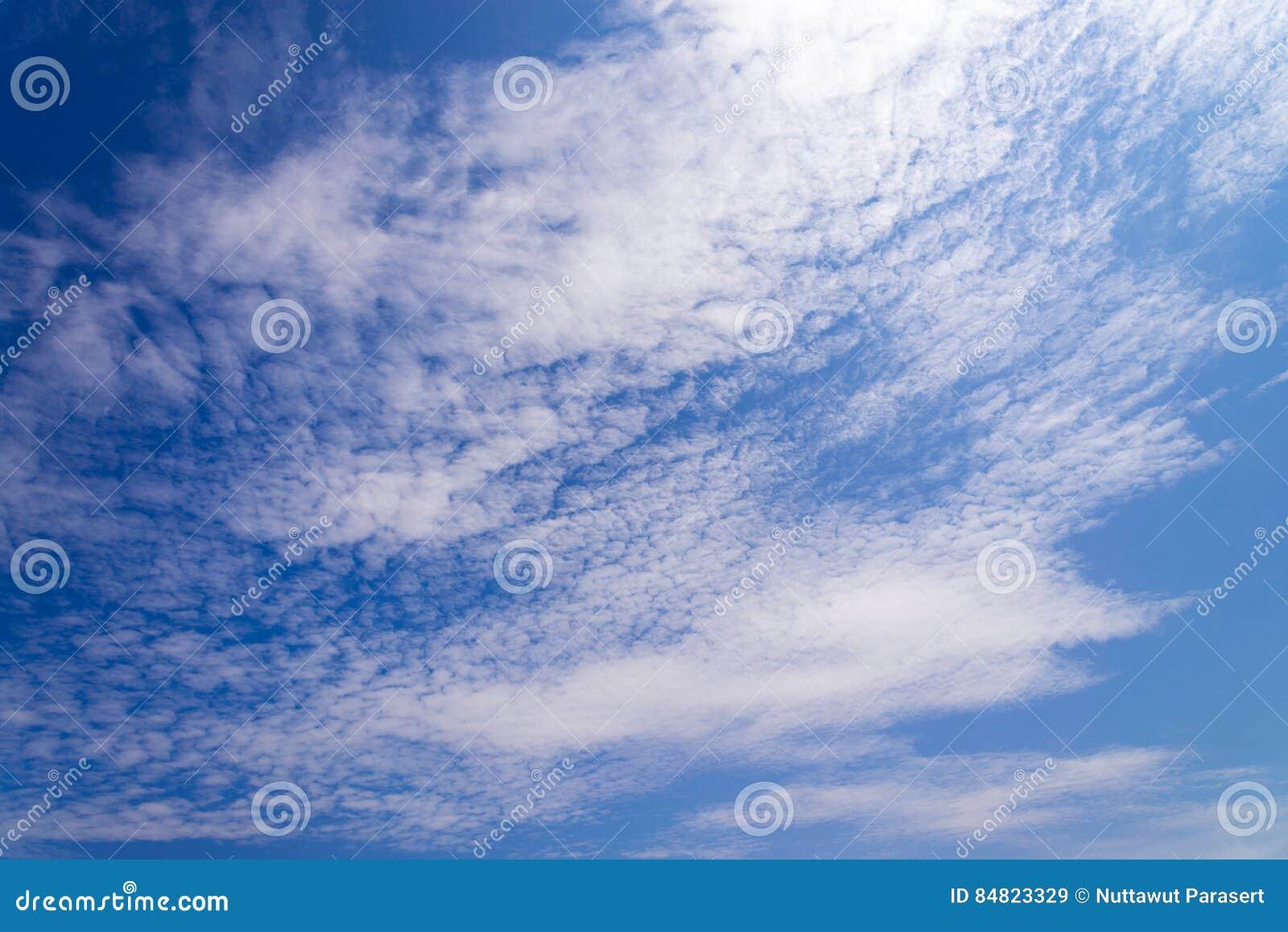 Blauer Himmel Mit Weißen Flaumigen Kleinen Wolken Hintergrund Und ...
