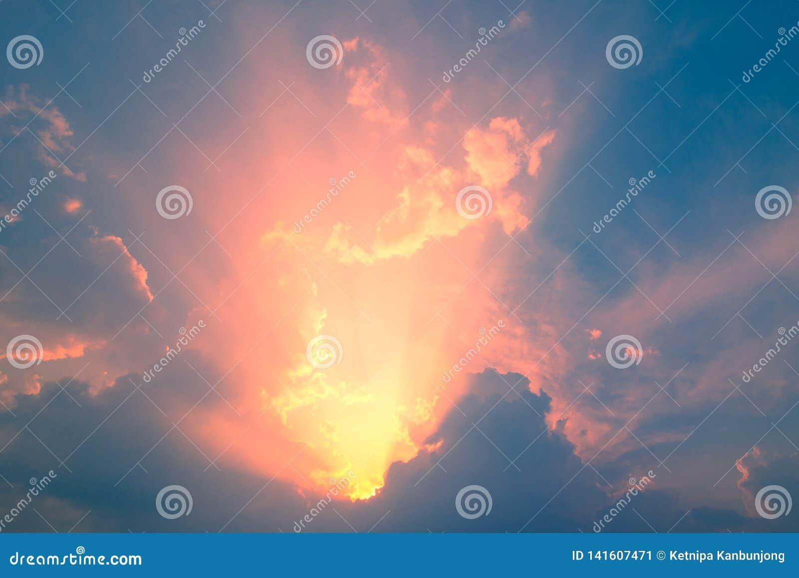 Blauer Himmel mit Wolke und Beleuchtung