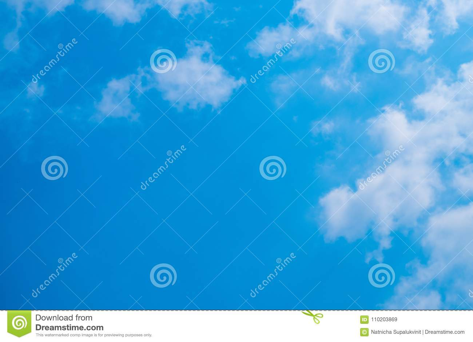 Blauer Himmel mit Wolken für Hintergrund